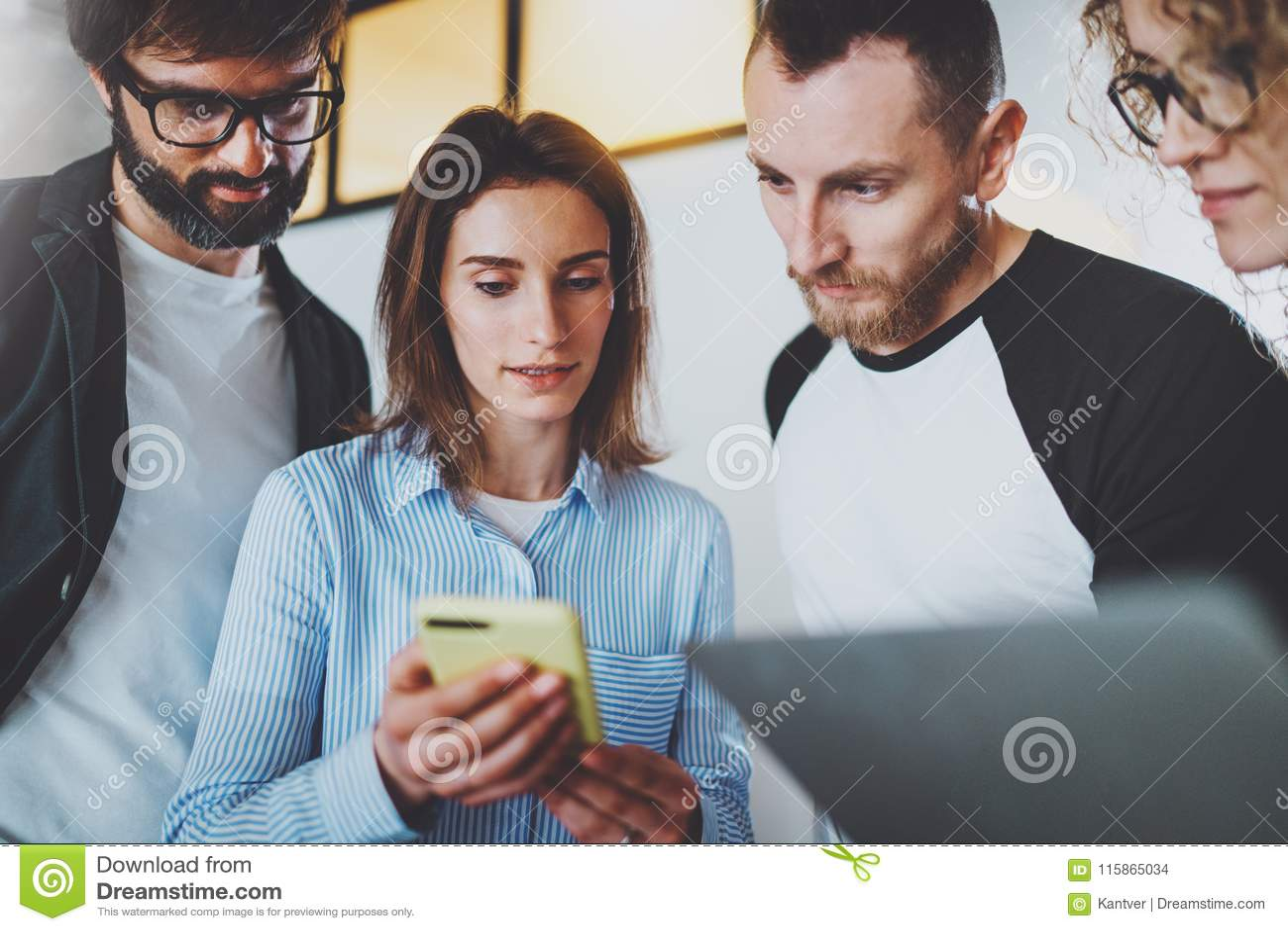 Coworkers team arbete med mobila enheter på det moderna kontoret framför affärsidéen isolerade mötet 3d white