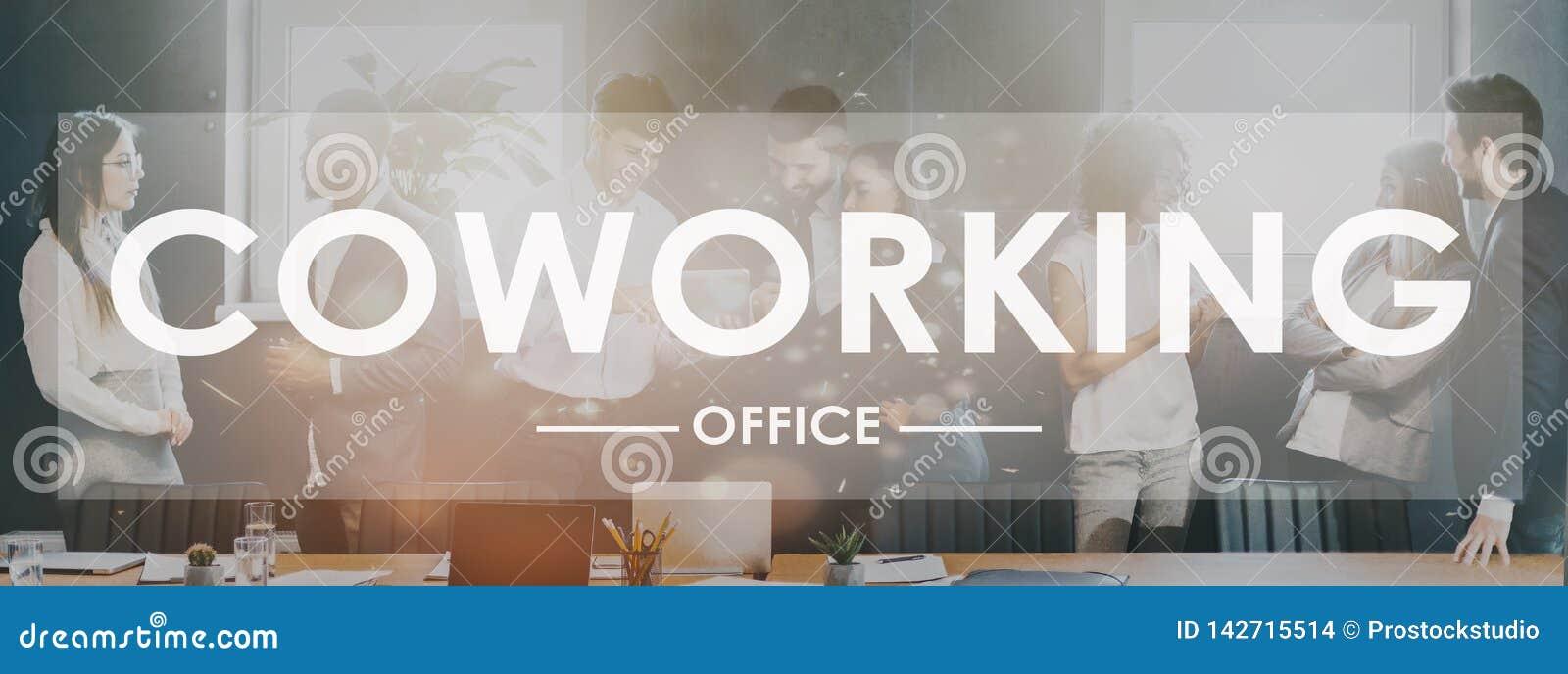 Coworking词 同事谈论工作在办公室