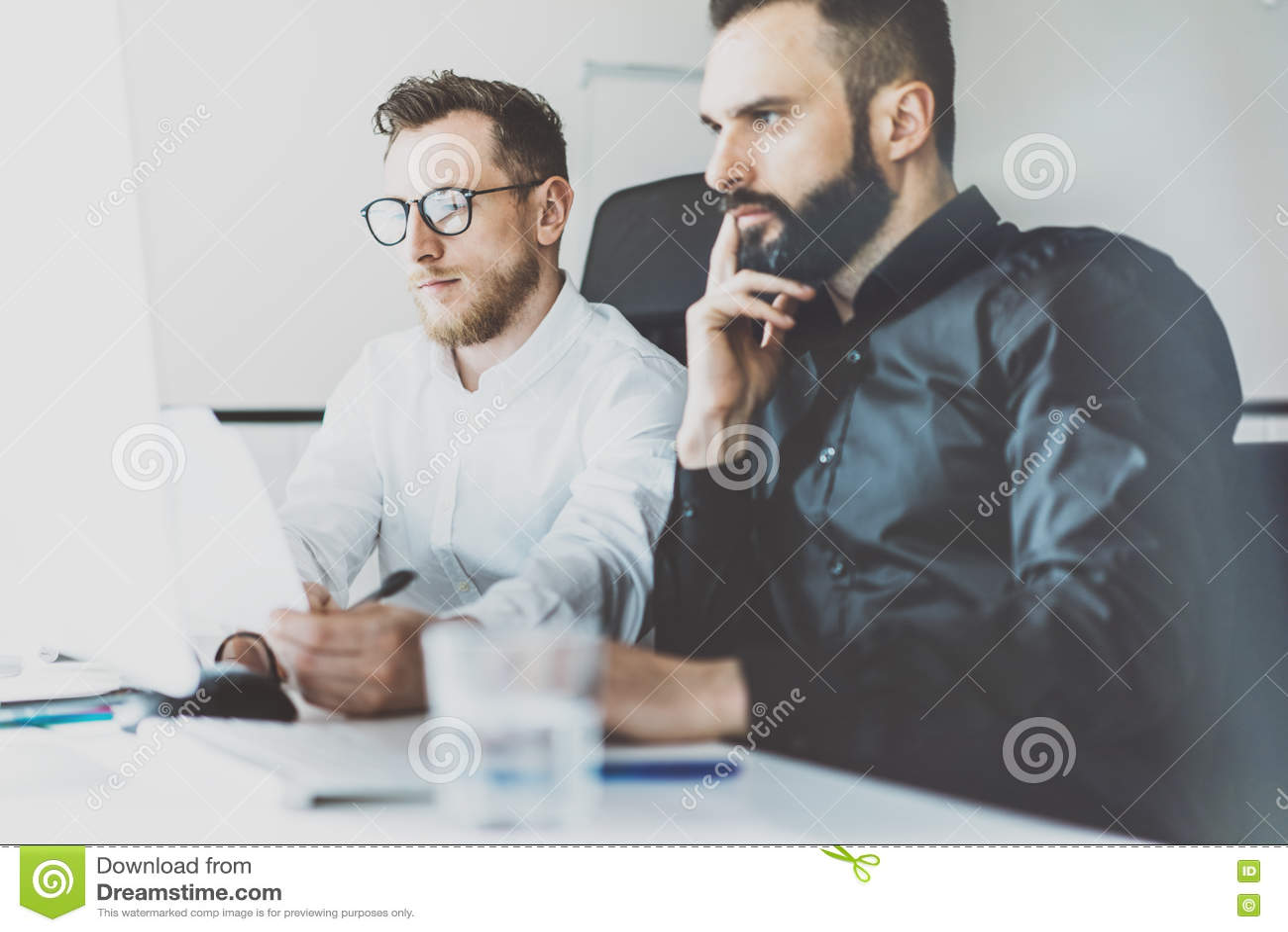Coworking过程照片 财务经理队工作新的想法 年轻企业乘员组与起始的现代办公室一起使用