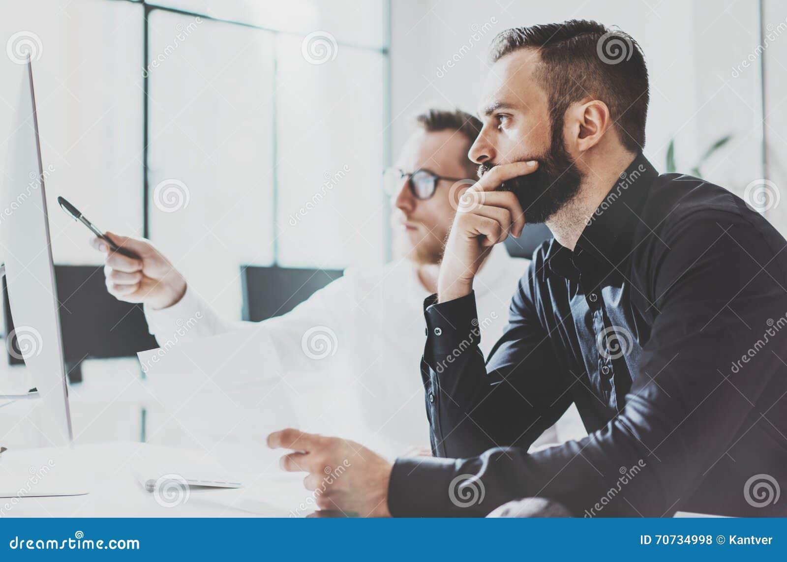 Coworking过程照片 帐户经理队工作新的想法 年轻企业乘员组与起始的现代办公室一起使用