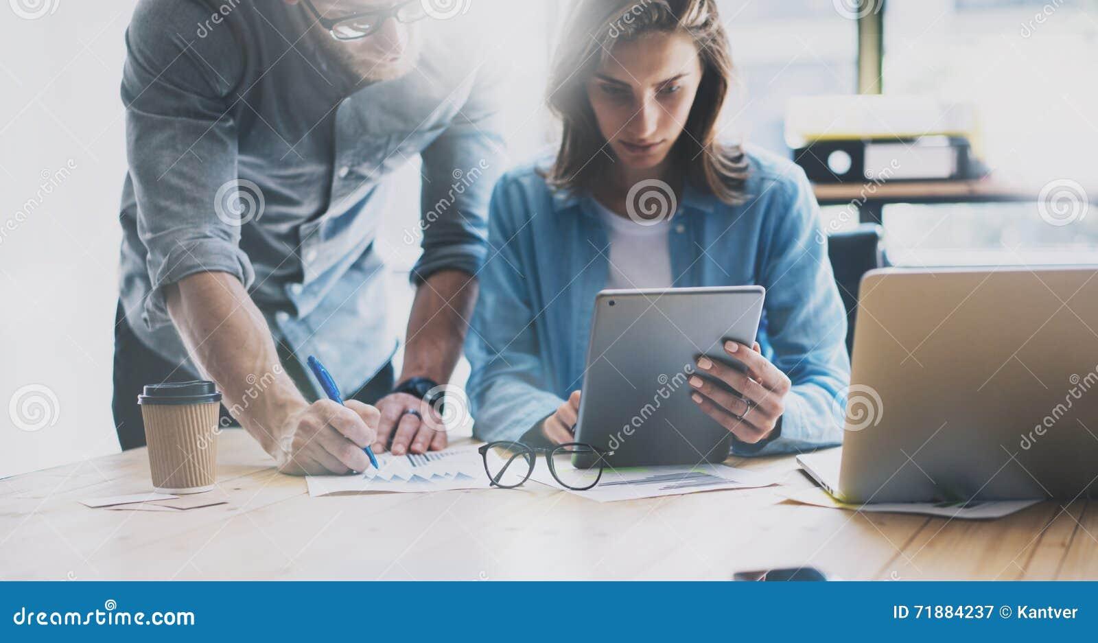 Coworking队激发灵感过程在现代顶楼 项目负责人认为,握玻璃女性手 新商业