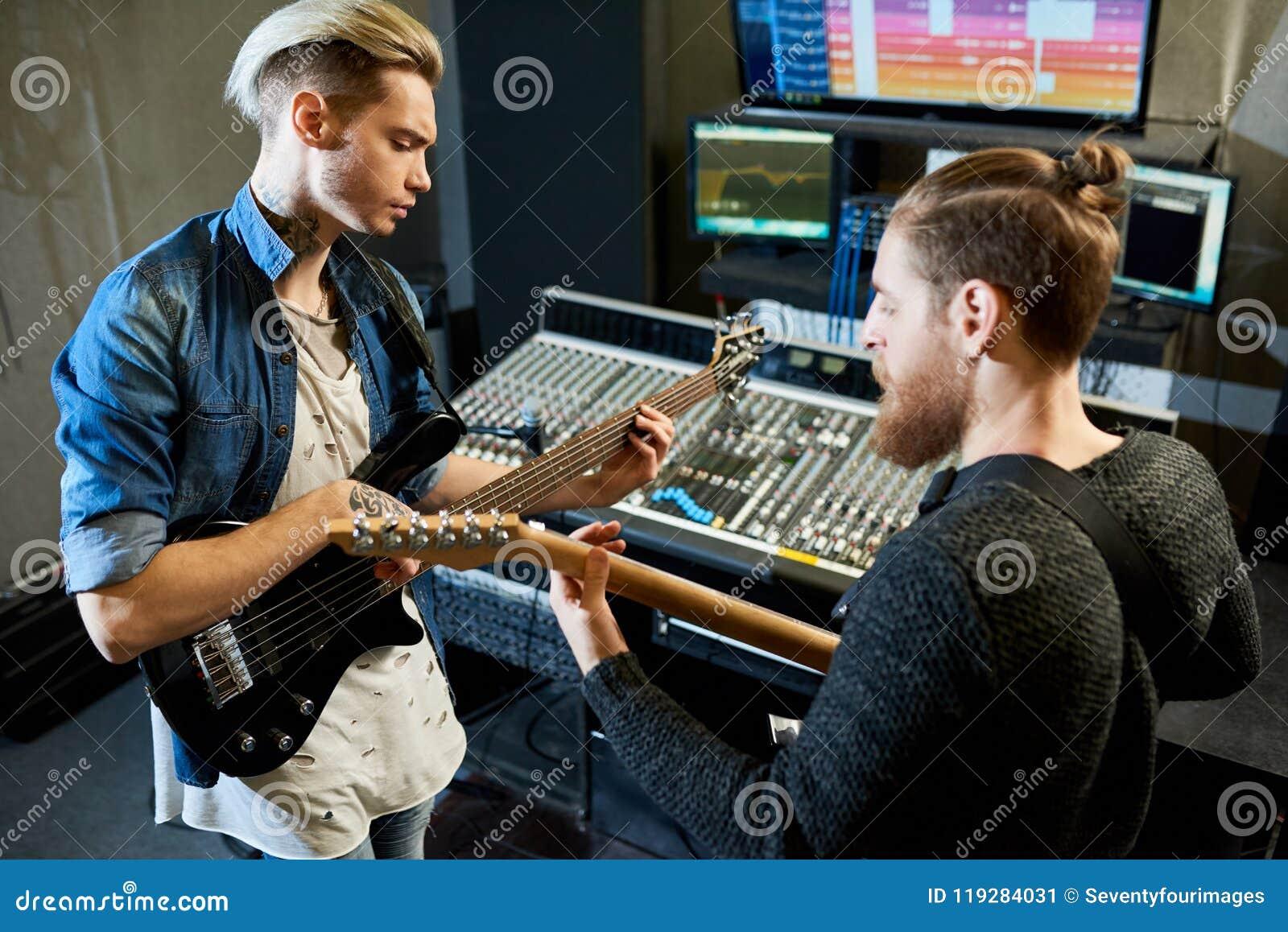 Coworking muzycy w studiu nagrań