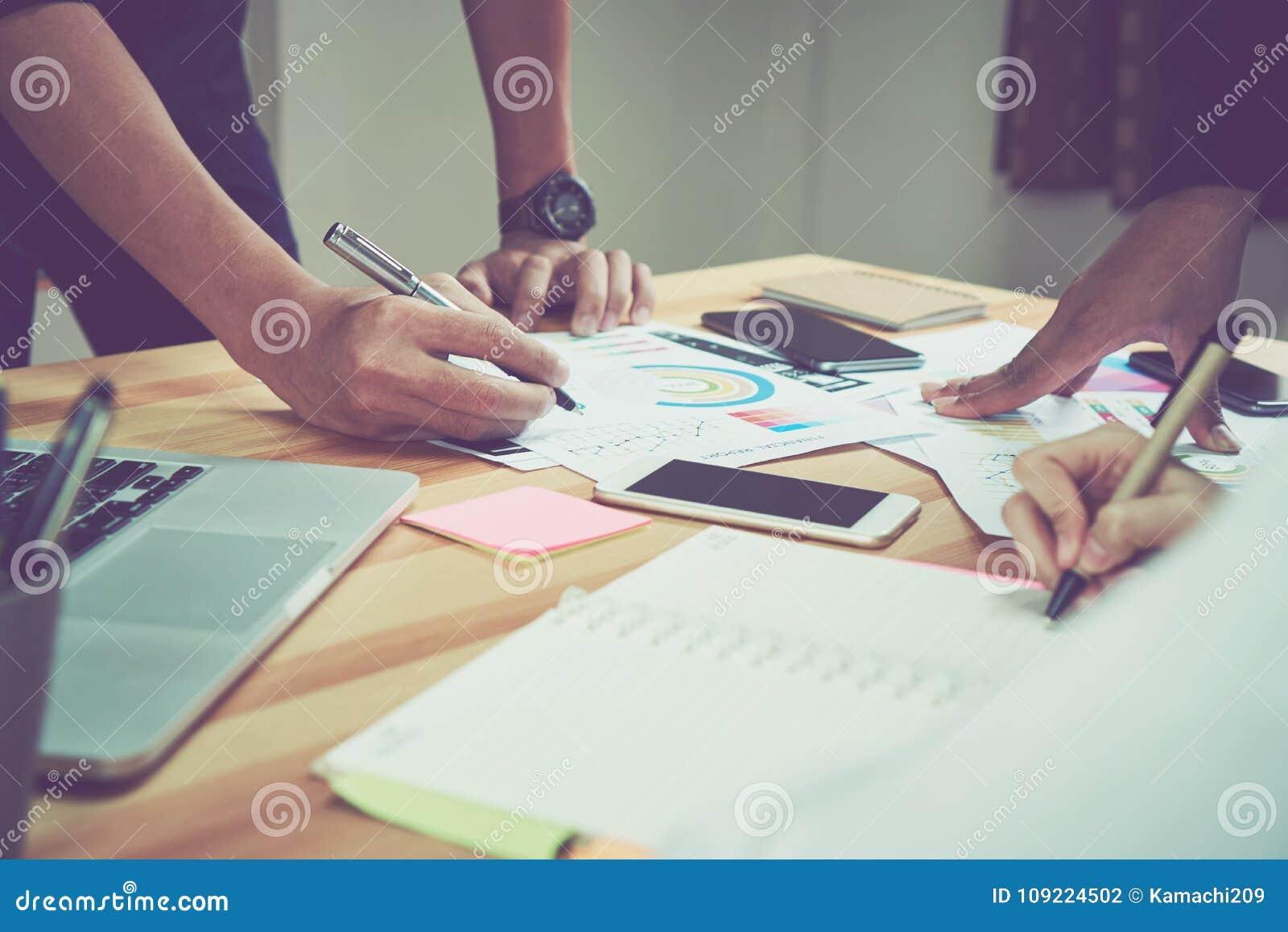 Coworking przestrzeń, drużynowy działanie wpólnie Nowożytni miejsc pracy biurka, komputery i dokumenty