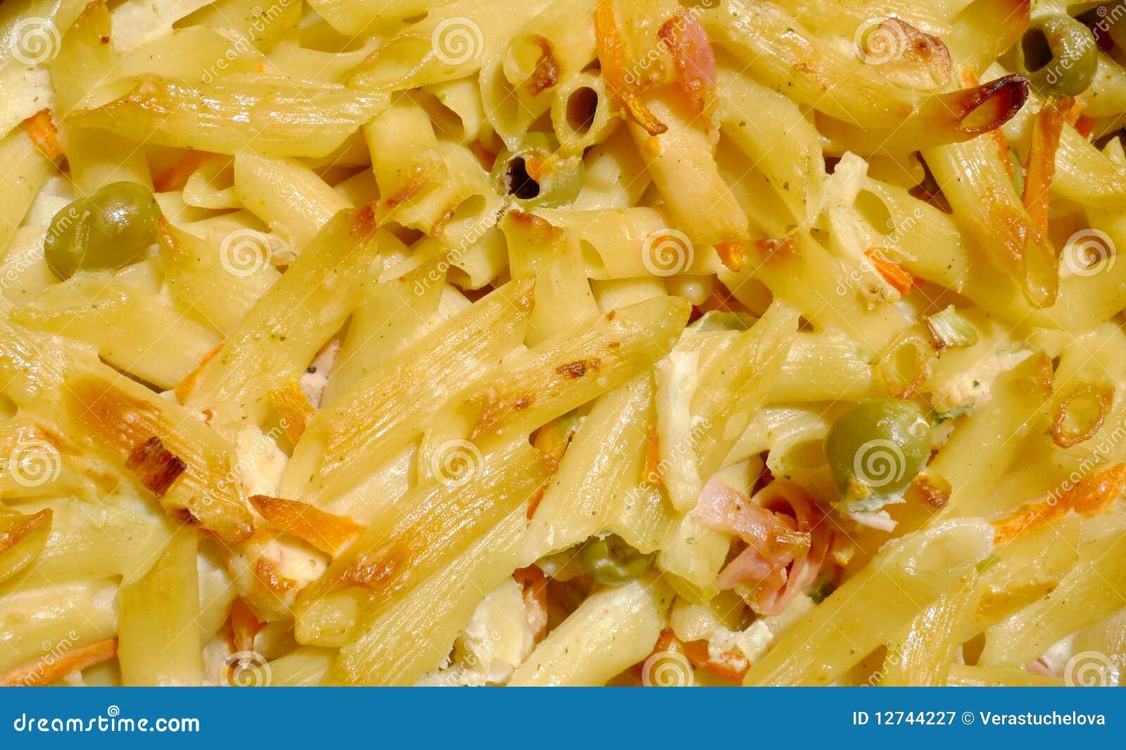 Coza a massa com macro do vegetal, do queijo e do presunto