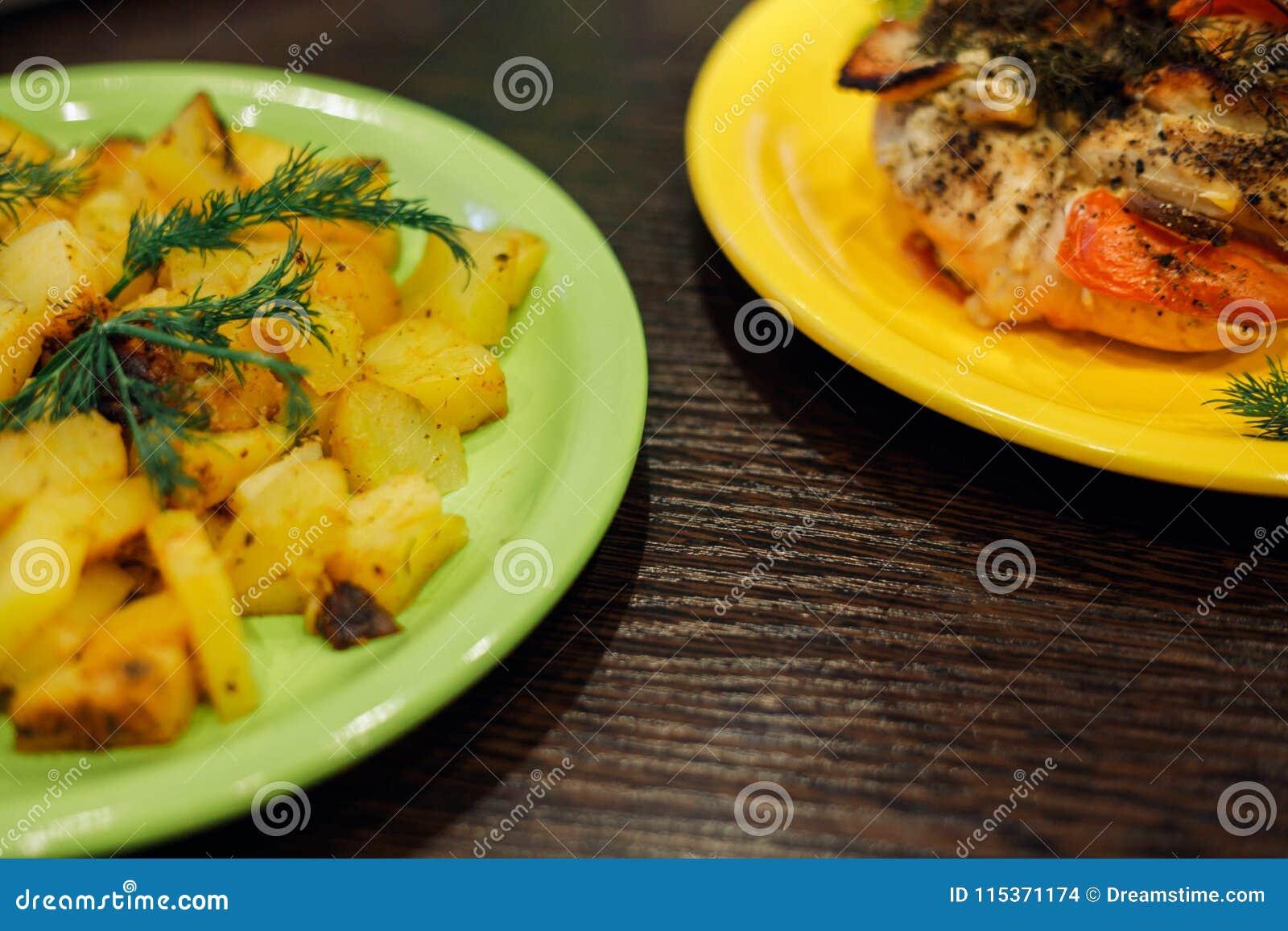 Cozido com peito de frango dos tomates e as batatas fritadas