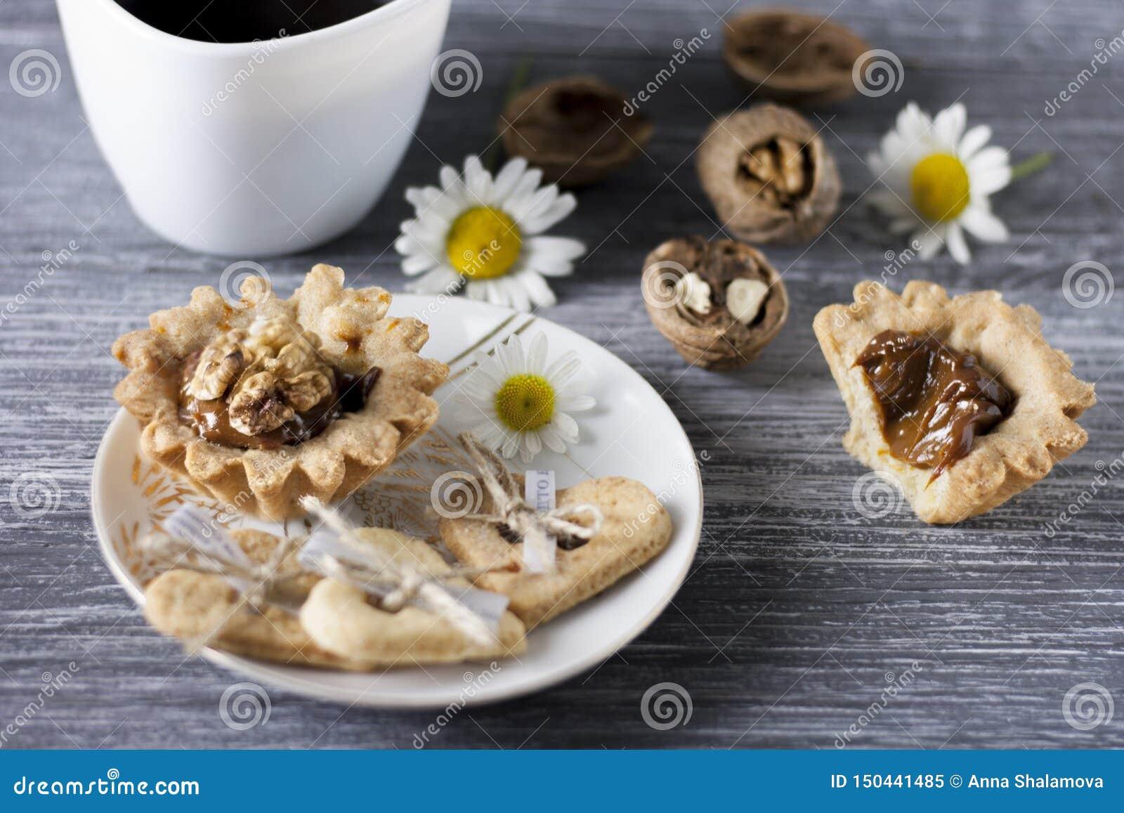 Cozimento caseiro Cestas da massa do Shortcake com nozes e leite condensado