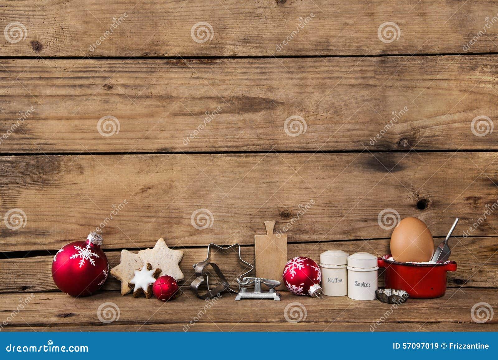 Cozimento no tempo do Natal Fundo de madeira com utensílio da cozinha