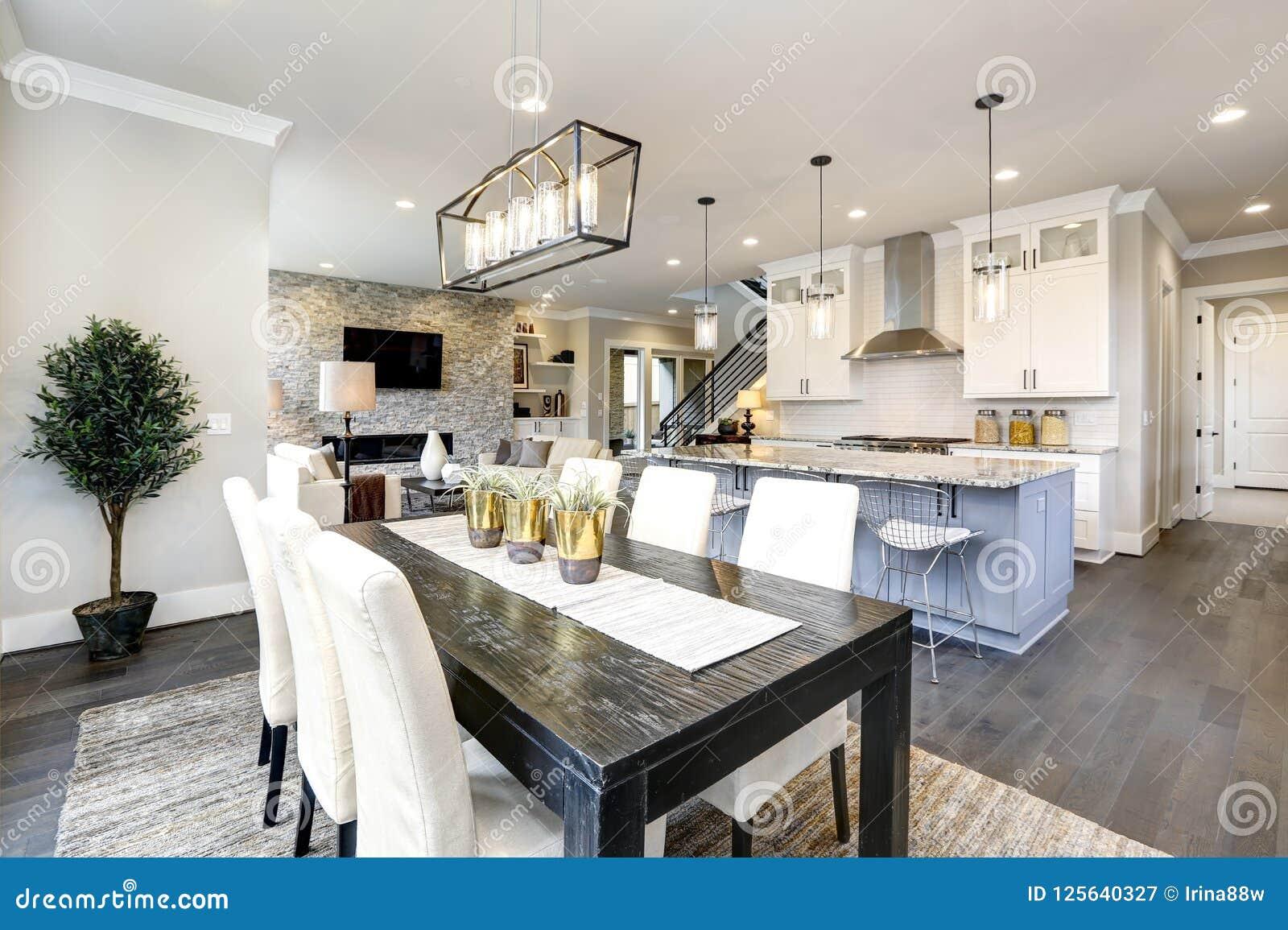 Cozinha bonita no interior home contemporâneo moderno luxuoso com ilha e cadeiras