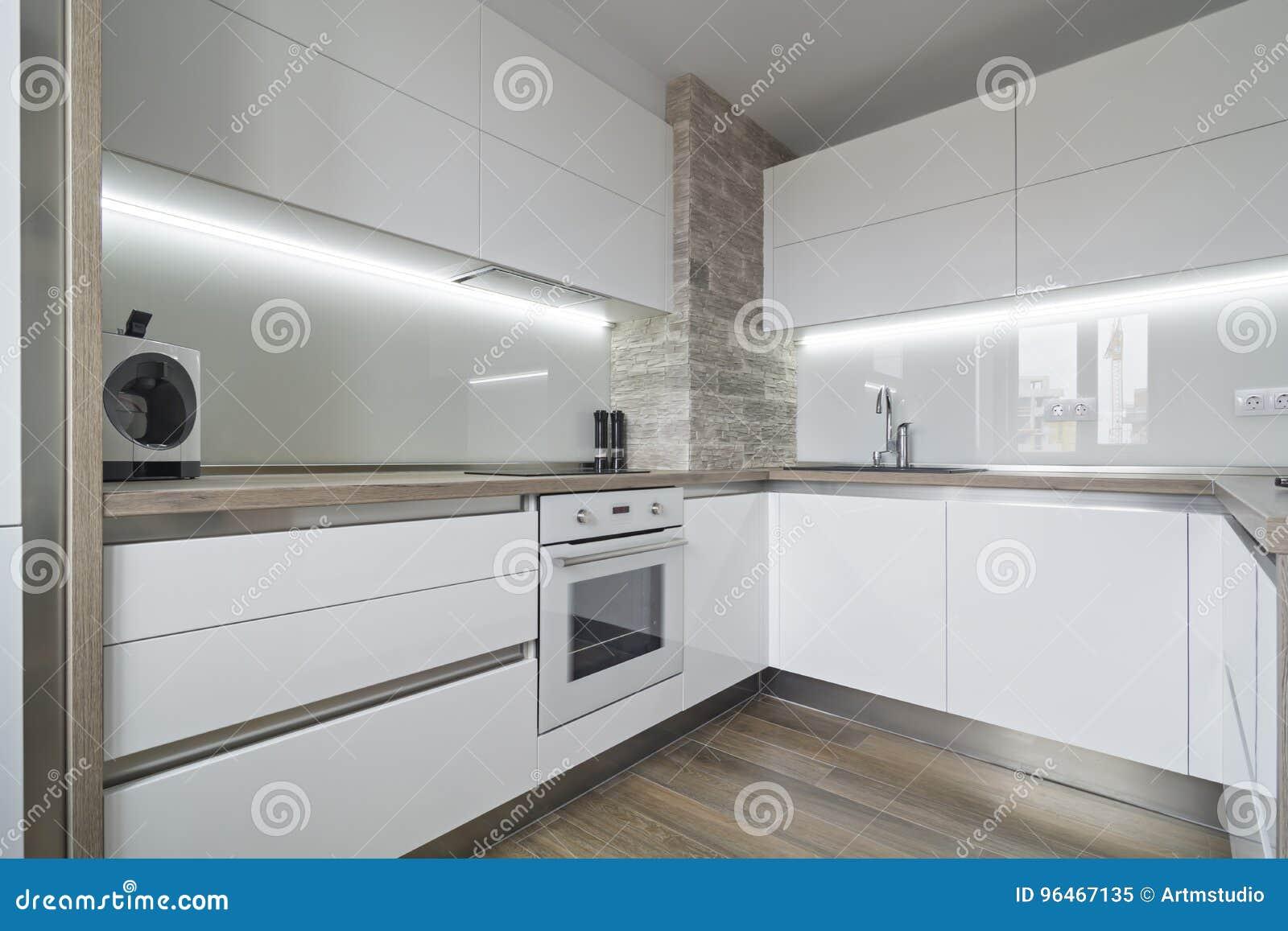 Cozinha Branca Moderna Brilhante Com Um Projeto Simples Imagem De