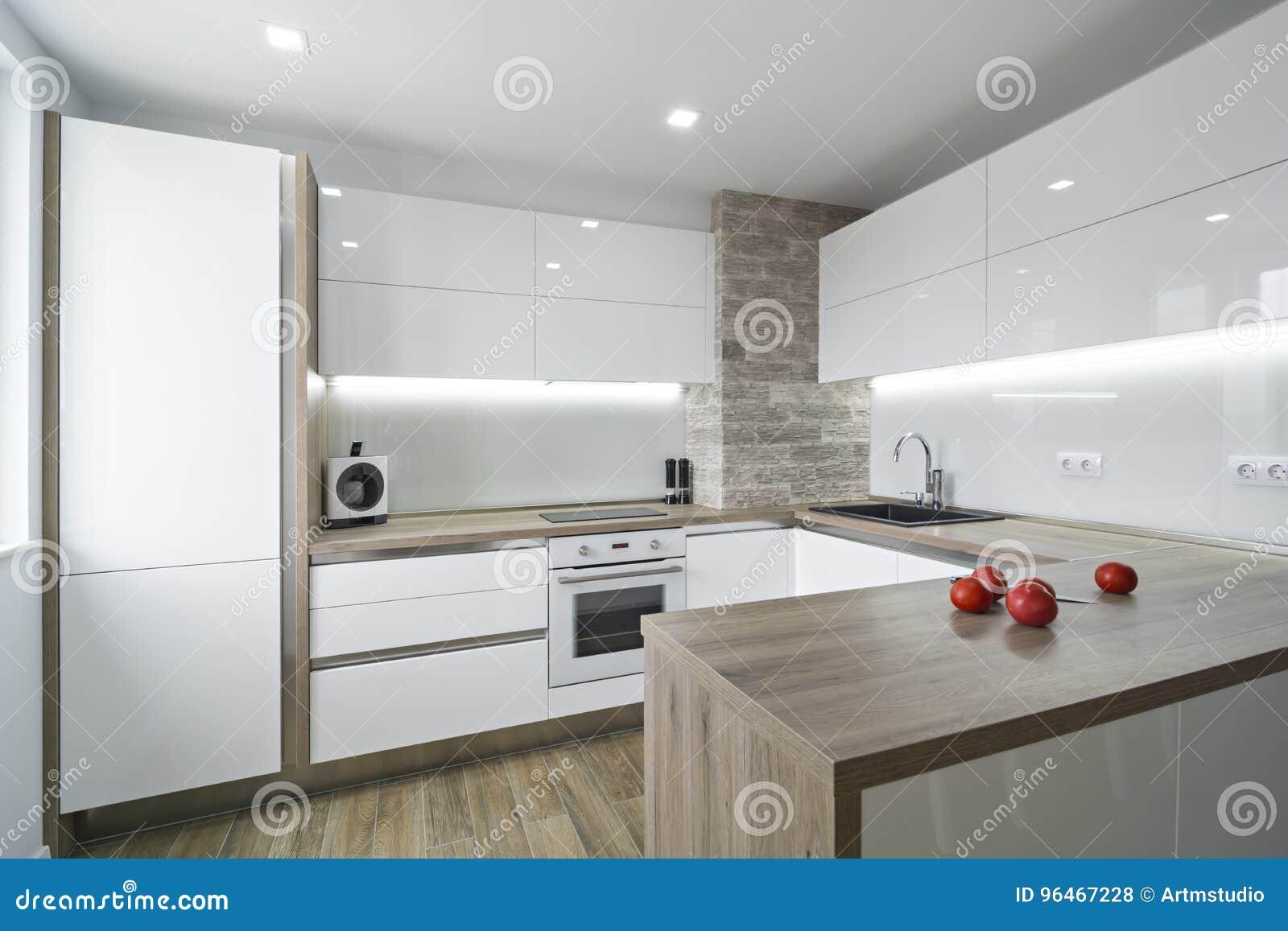 Cozinha Branca Moderna Brilhante Com Um Projeto Simples Foto De