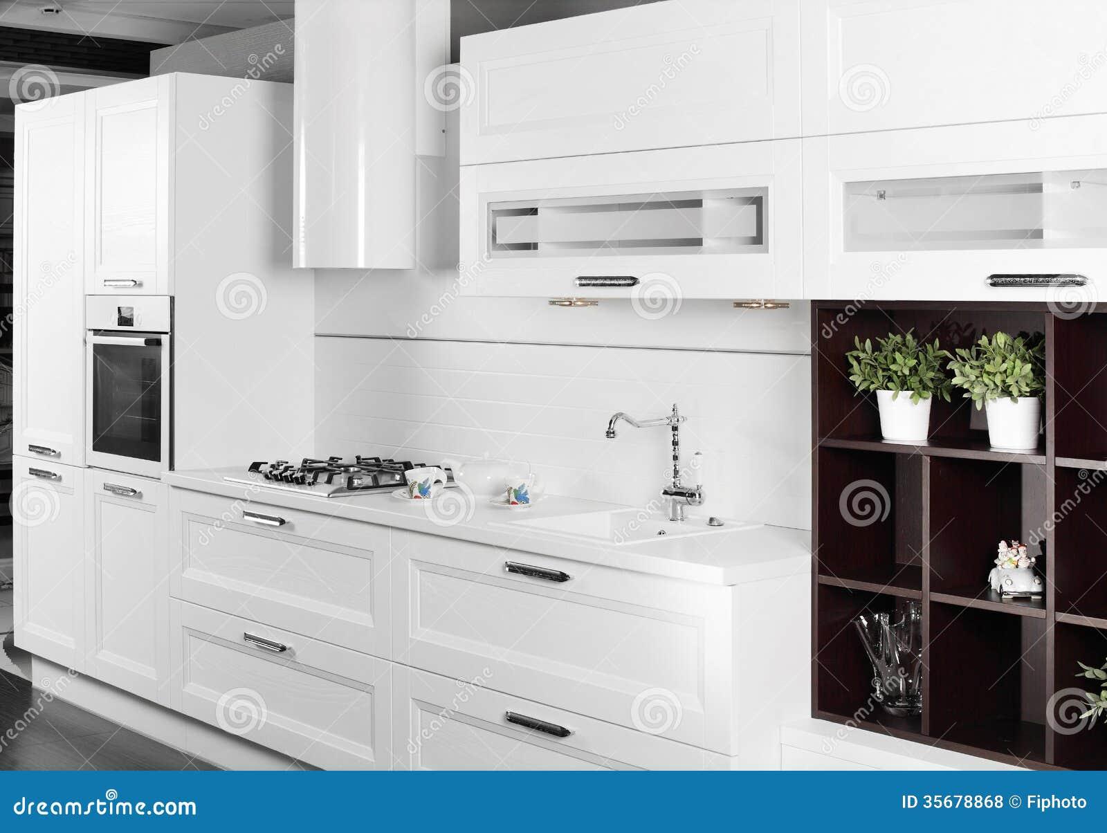 Cozinha branca moderna com mob lia moda fotos de stock for Kitchen designs that stand the test of time