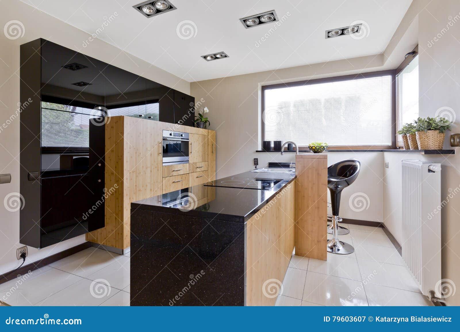 Cozinha clara com detalhes escuros