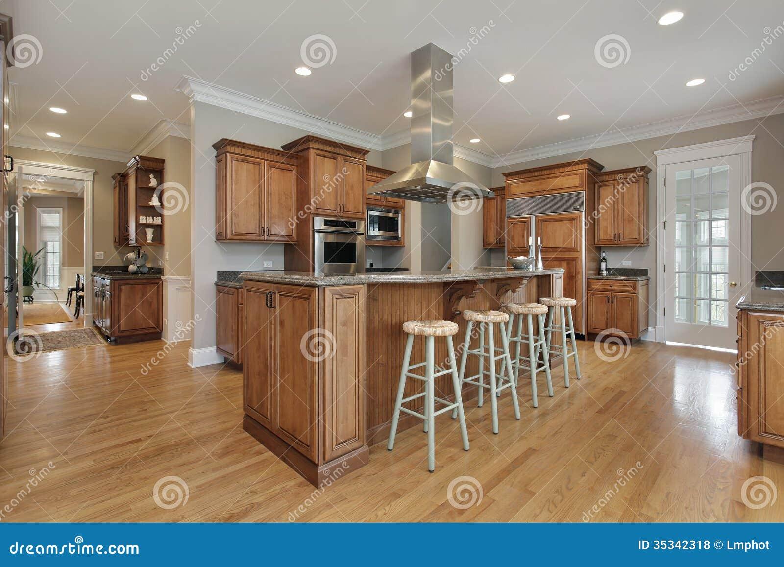 Cozinha Com A Ilha Center Da Madeira E Do Granito Foto De Stock