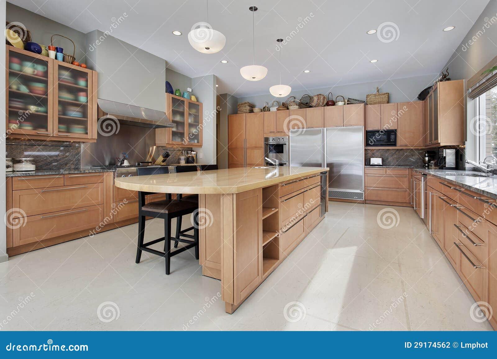 Cozinha Com Ilha De Madeira Foto De Stock Imagem De Contador
