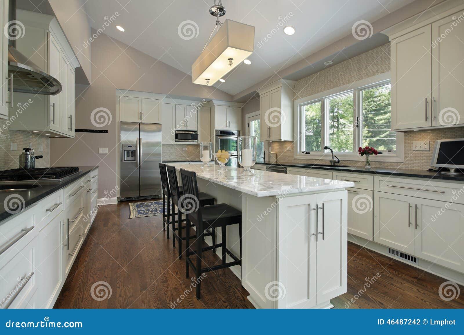 Cozinha Com A Ilha Do Contador Do Granito Foto De Stock Imagem De