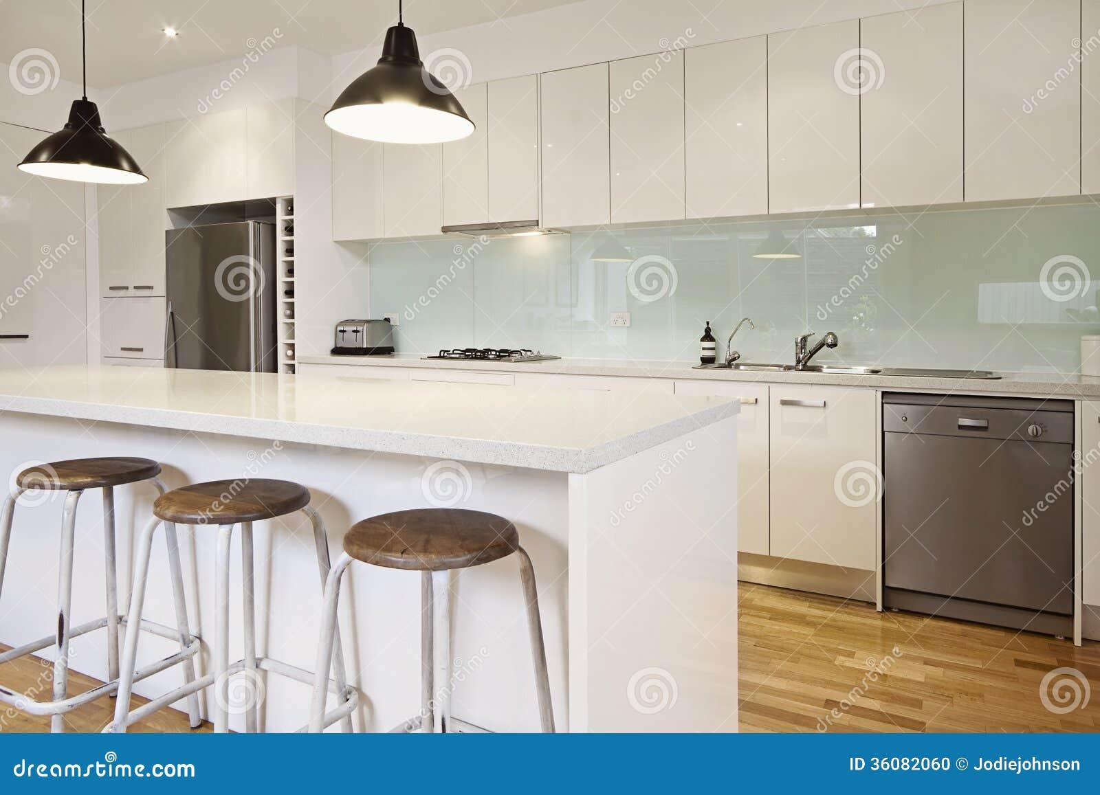 Cozinha Contempor Nea Branca Com Ilha Foto De Stock Imagem De