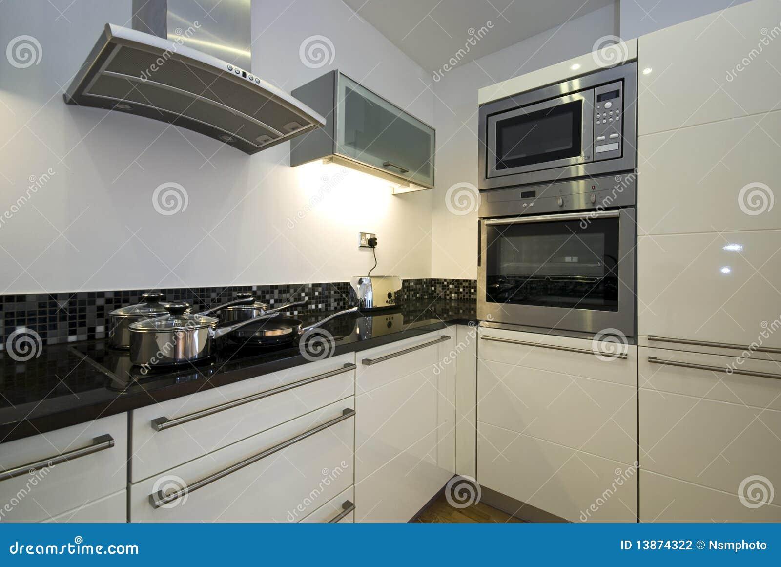 Cozinha contemporânea com os dispositivos modernos no branco. #59513F 1300 960