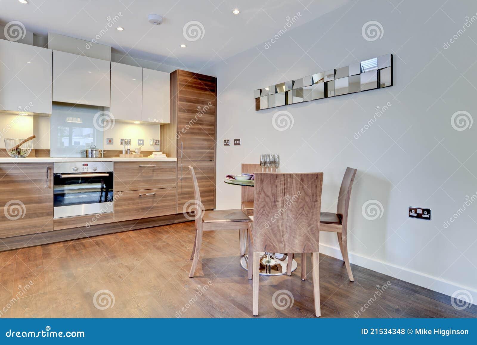 Cozinha contemporânea moderna do pequeno almoço com construído nos  #8D5F3E 1300 957