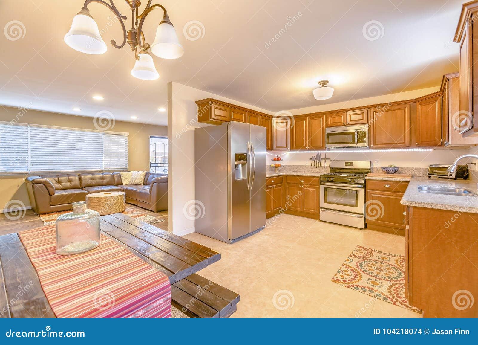 Cozinha Da Casa Modelo Em Califórnia Do Sul Pronta Para Um