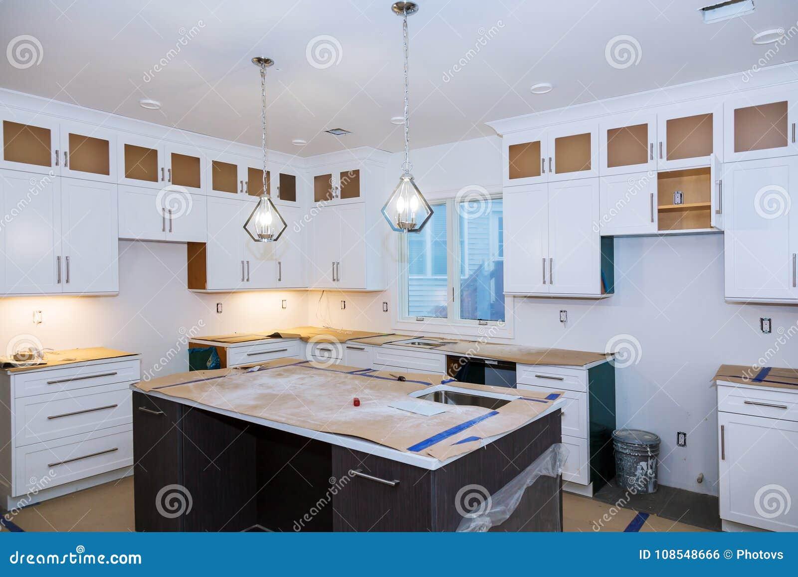 A cozinha da melhoria home remodela o worm& x27; opinião de s instalada na cozinha nova