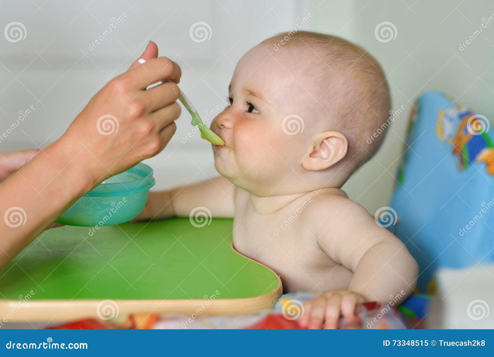 Cozinha de alimentação do bebê da mãe em casa