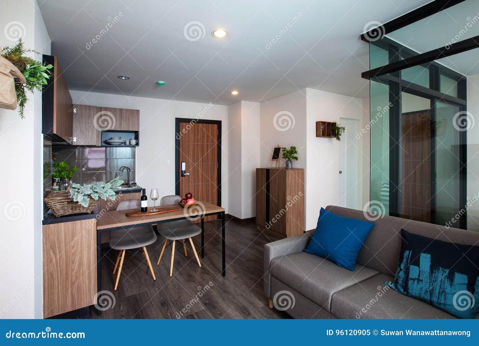 Cozinha De Canto Com A Mesa De Jantar No Condomínio Imagem De Stock