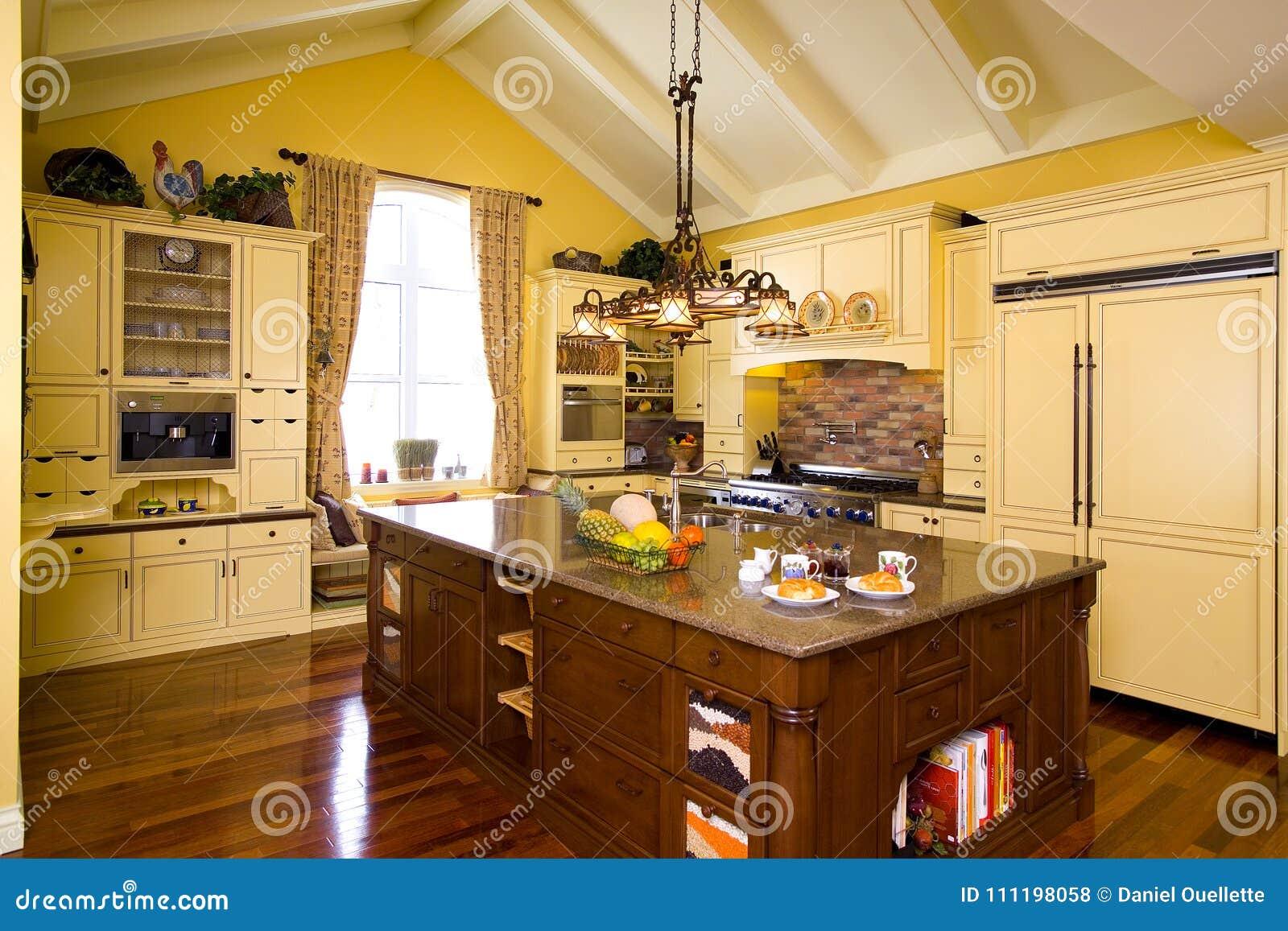 A Cozinha De Madeira Amarela Luxuoso Com Ilha Marrom E O Granito