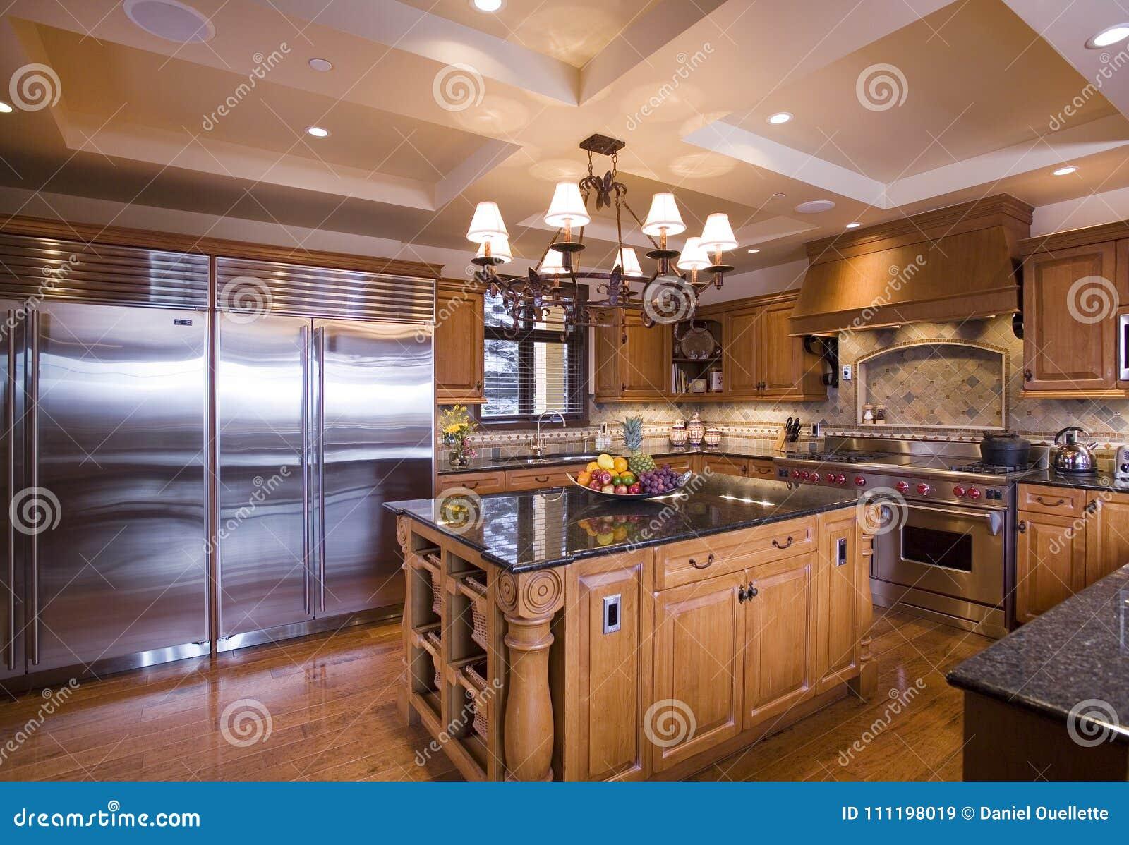 Cozinha De Madeira De Brown Com Ilha Imagem De Stock Imagem De