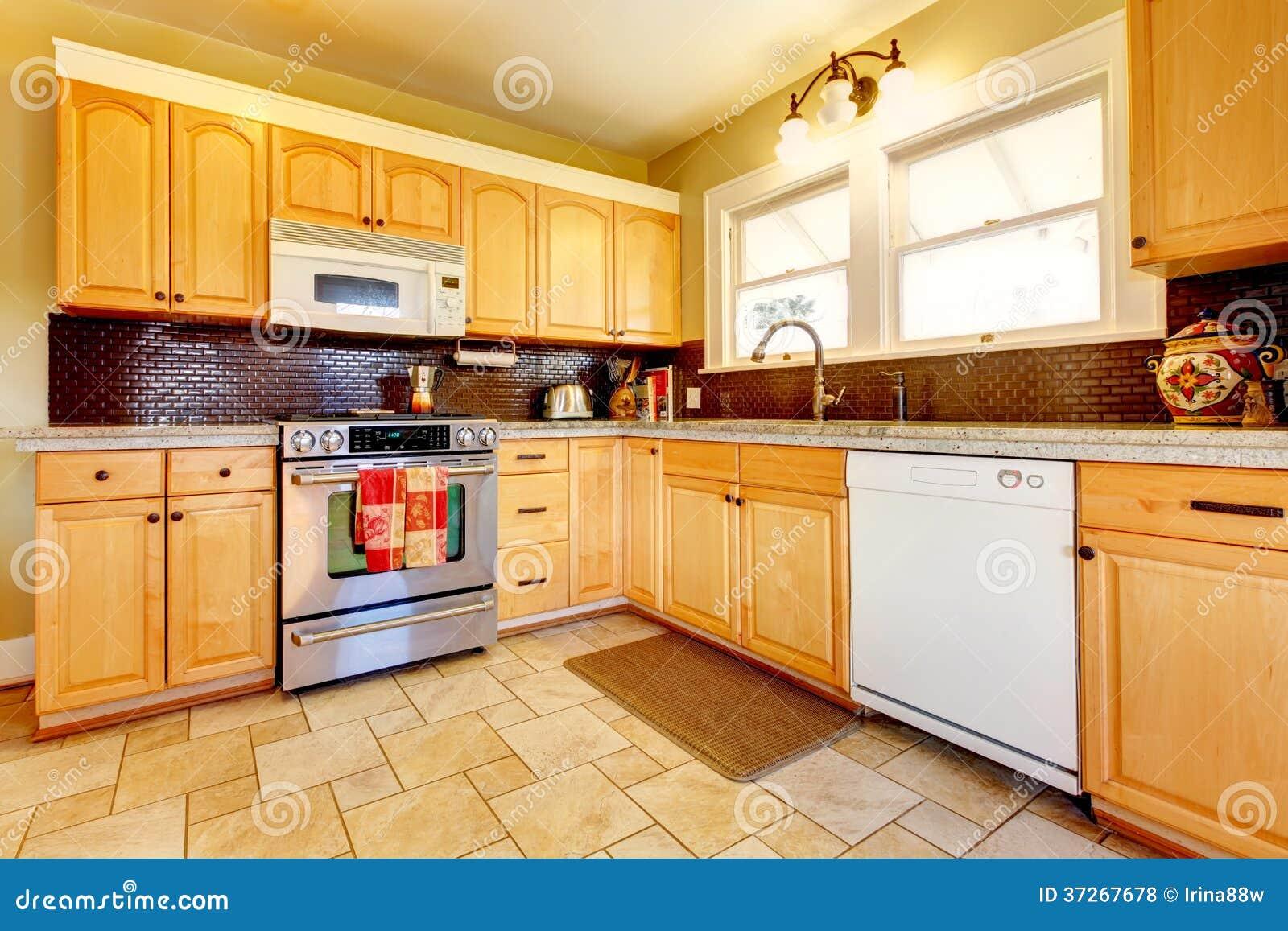 Cozinha De Madeira Dos Tons Da Luz Com Projeto Do Backsplash Do Tijolo  #BA8011 1300 957