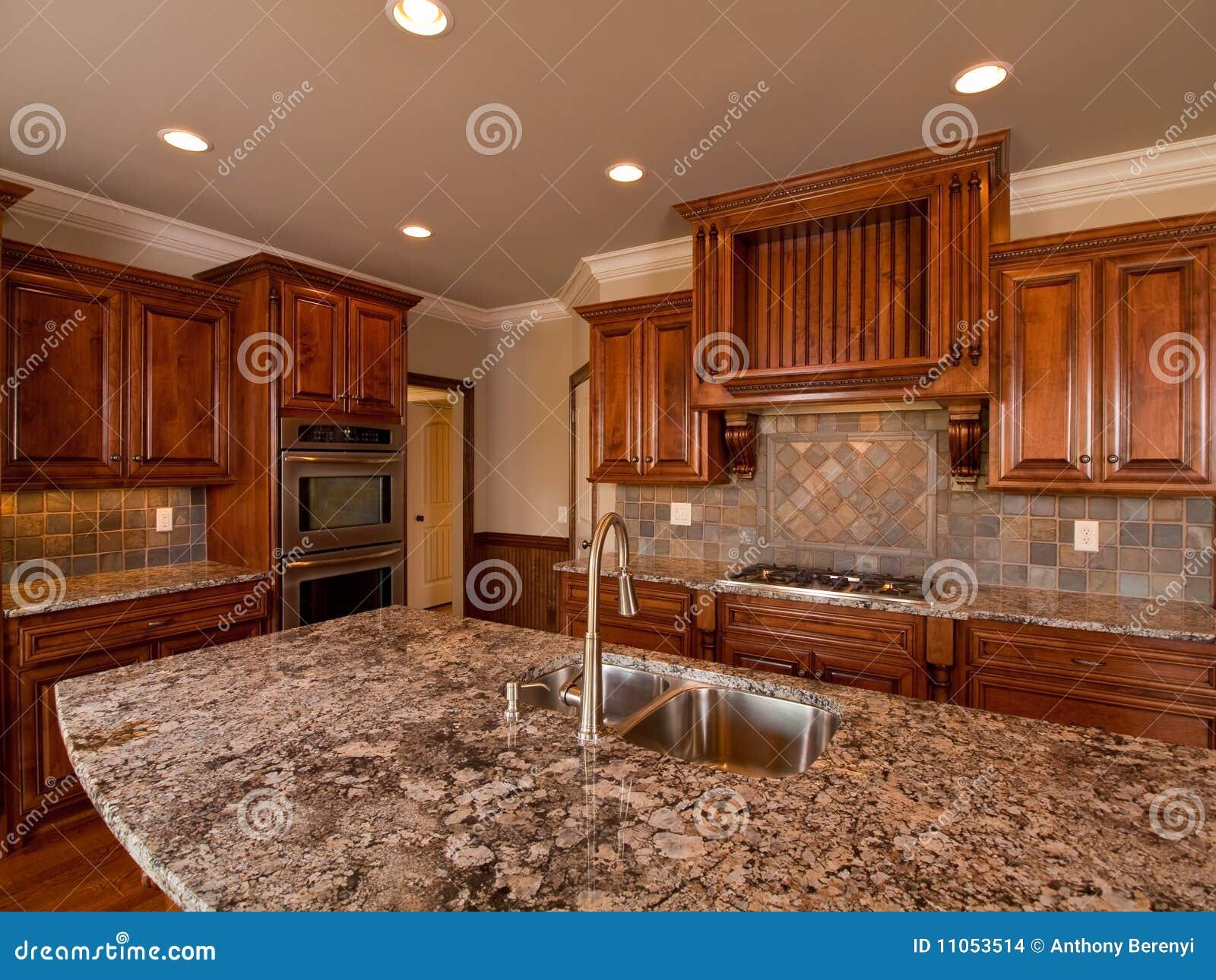 Cozinha De Madeira Escura Home Luxuosa Com Bancada Imagens de Stock  #B04E12 1300 1065