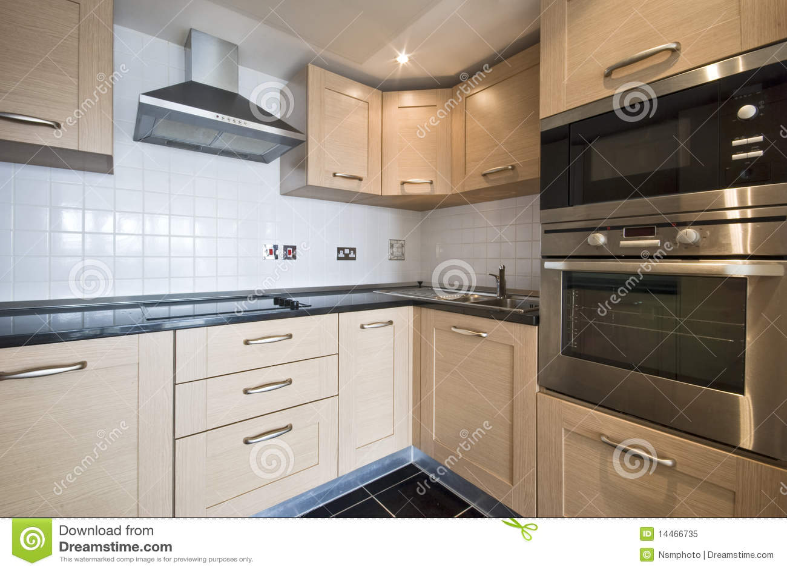 Cozinha De Madeira Moderna Com Dispositivos De Prata Imagem De Stock