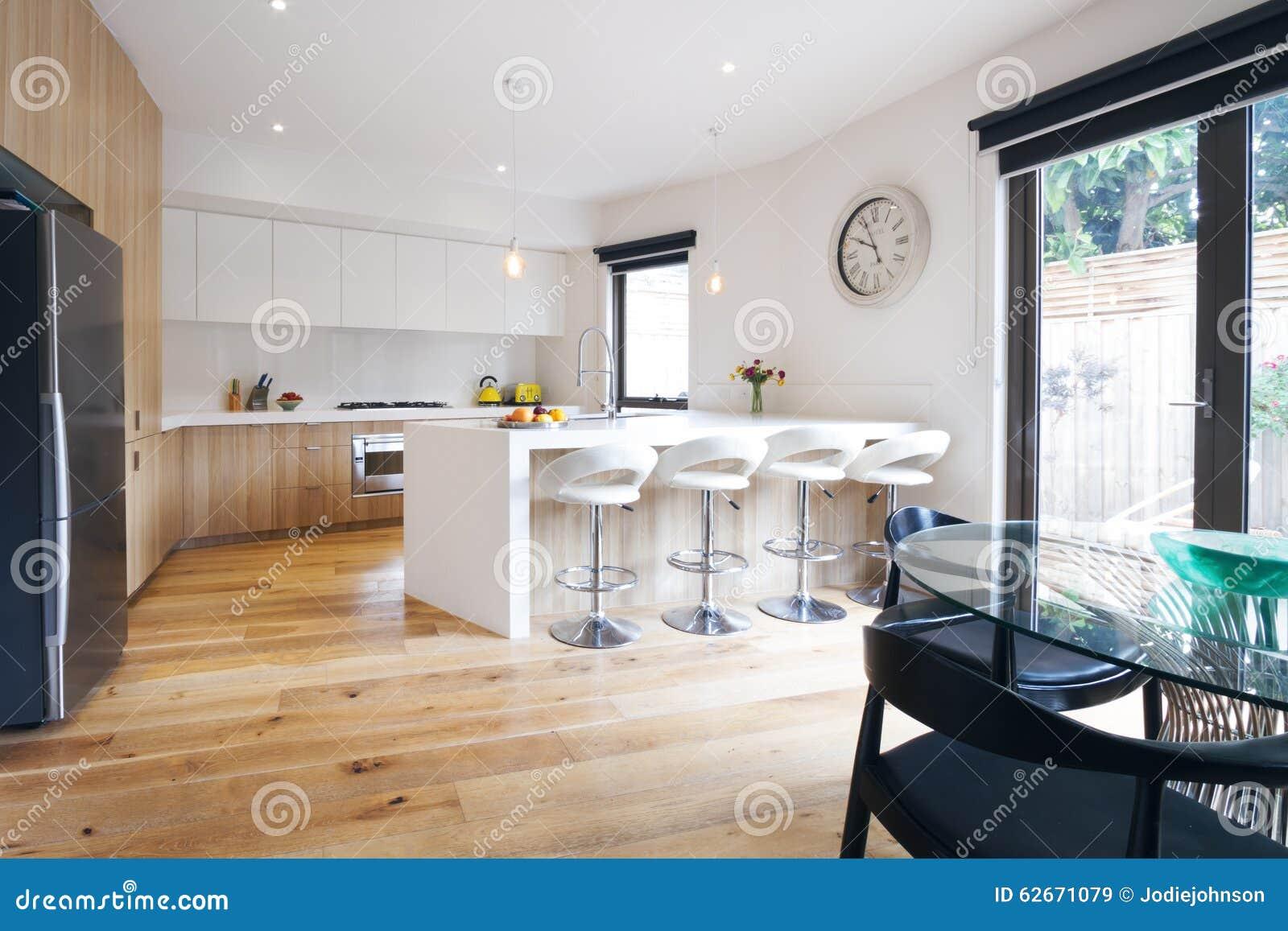 Cozinha De Plano Aberto Moderna Com Banco Da Ilha Imagem De Stock