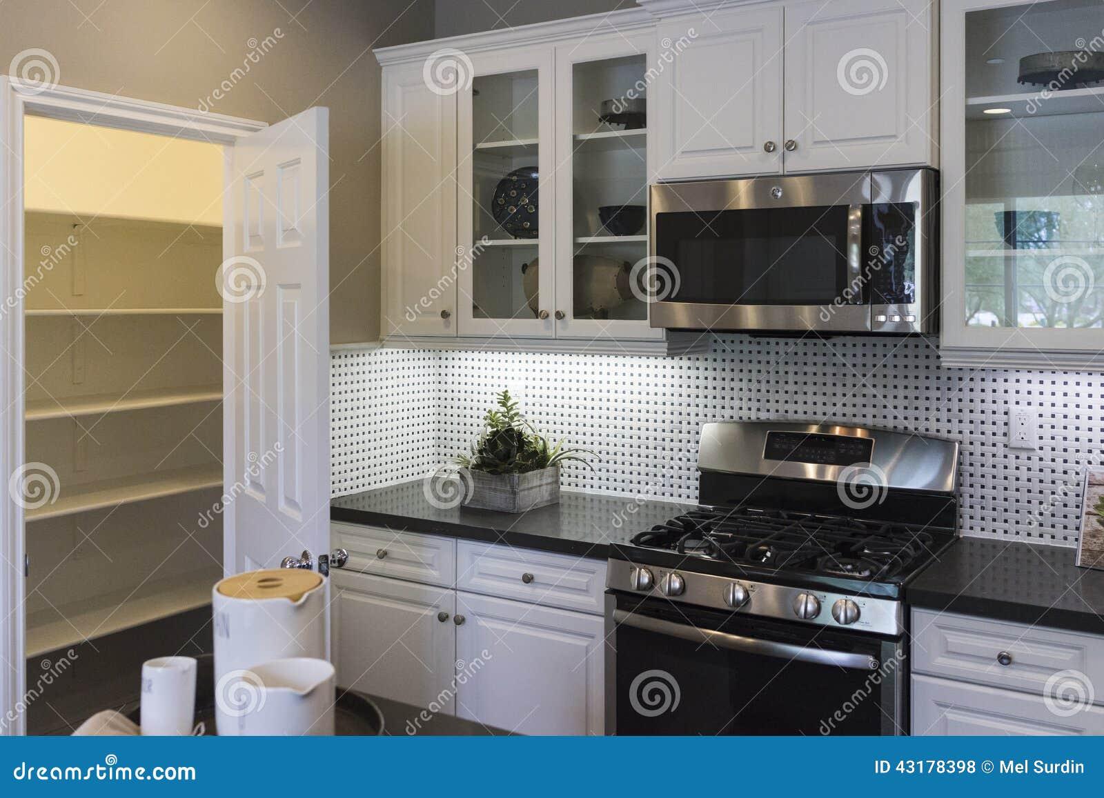 Cozinha E Despensa Da Casa Modelo Foto de Stock Imagem: 43178398 #8B7440 1300 957