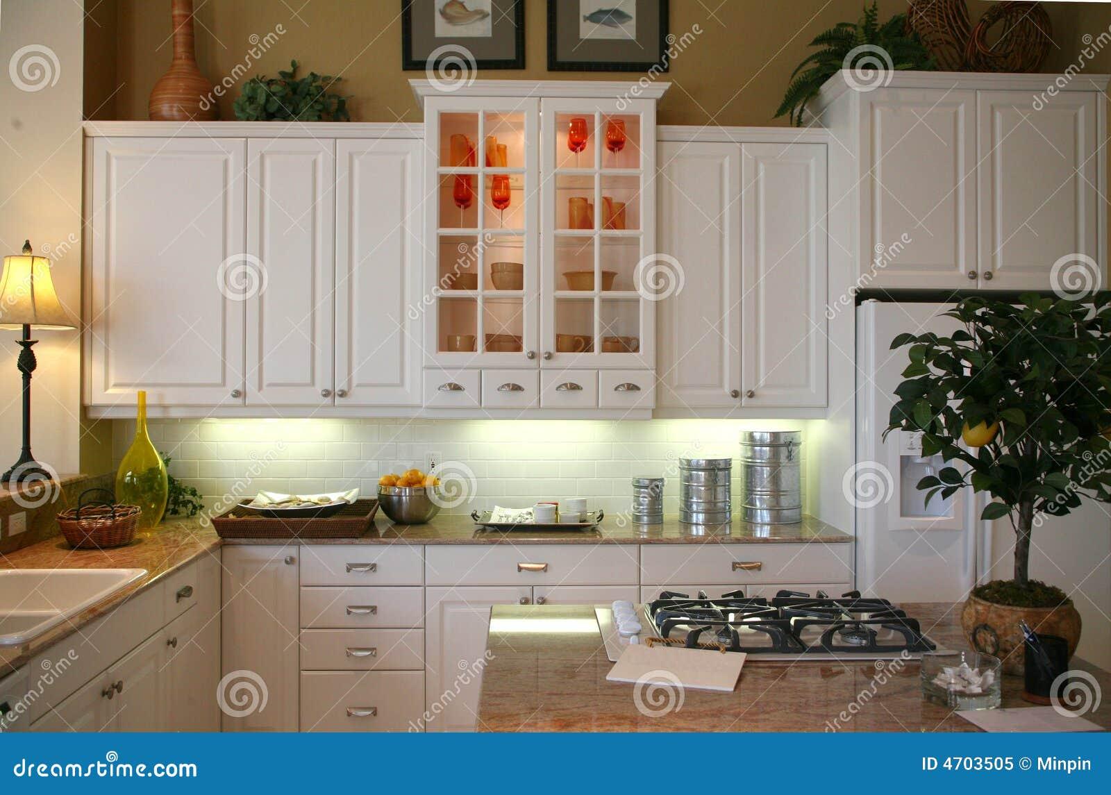 cozinha remodelada com de madeira branco gabinetes gás fogão  #82A229 1300 947