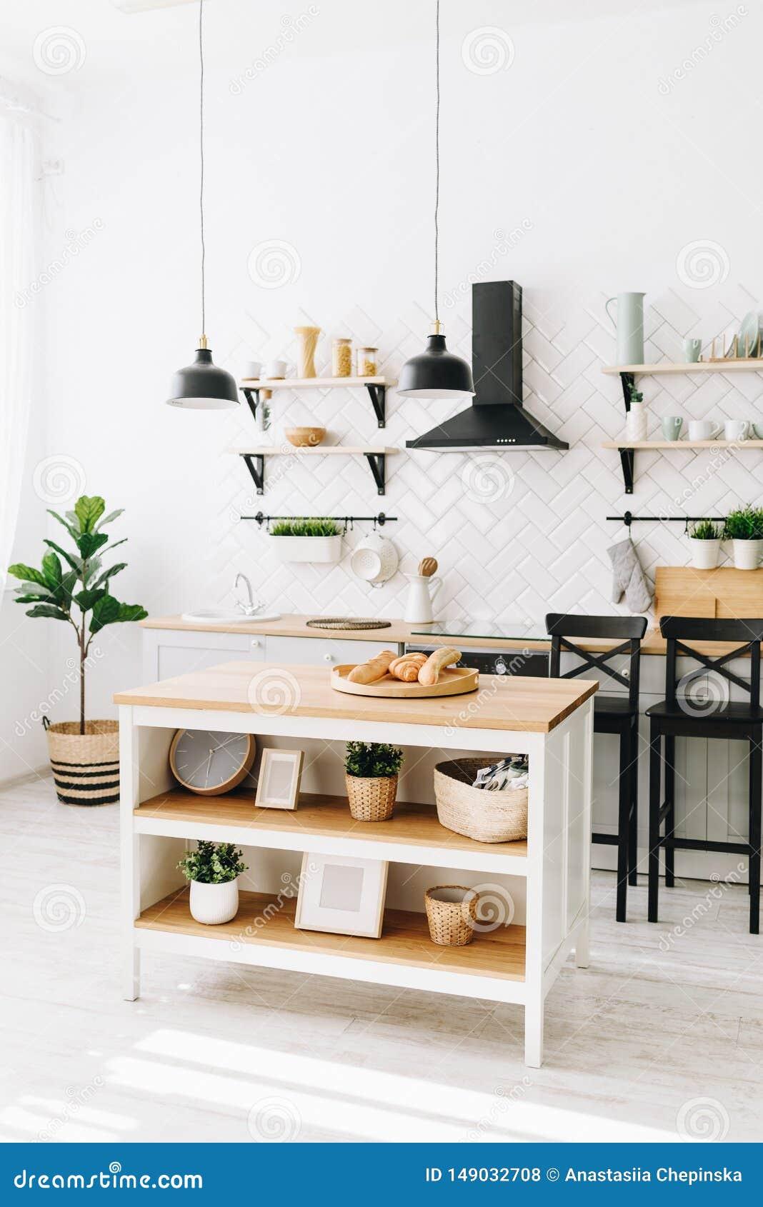 Cozinha escandinava moderna espa?oso do s?t?o com telhas brancas e os dispositivos pretos Quarto brilhante Interior moderno