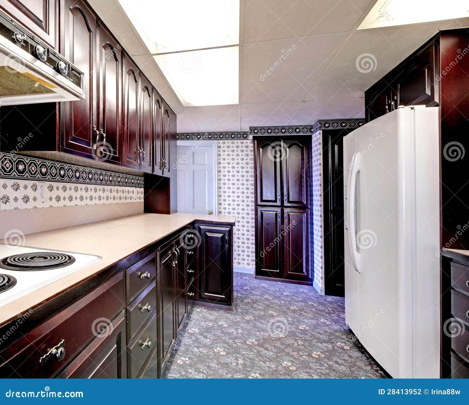 Cozinha Estreita De Madeira Velha Com Tapete E Cortinas Foto De