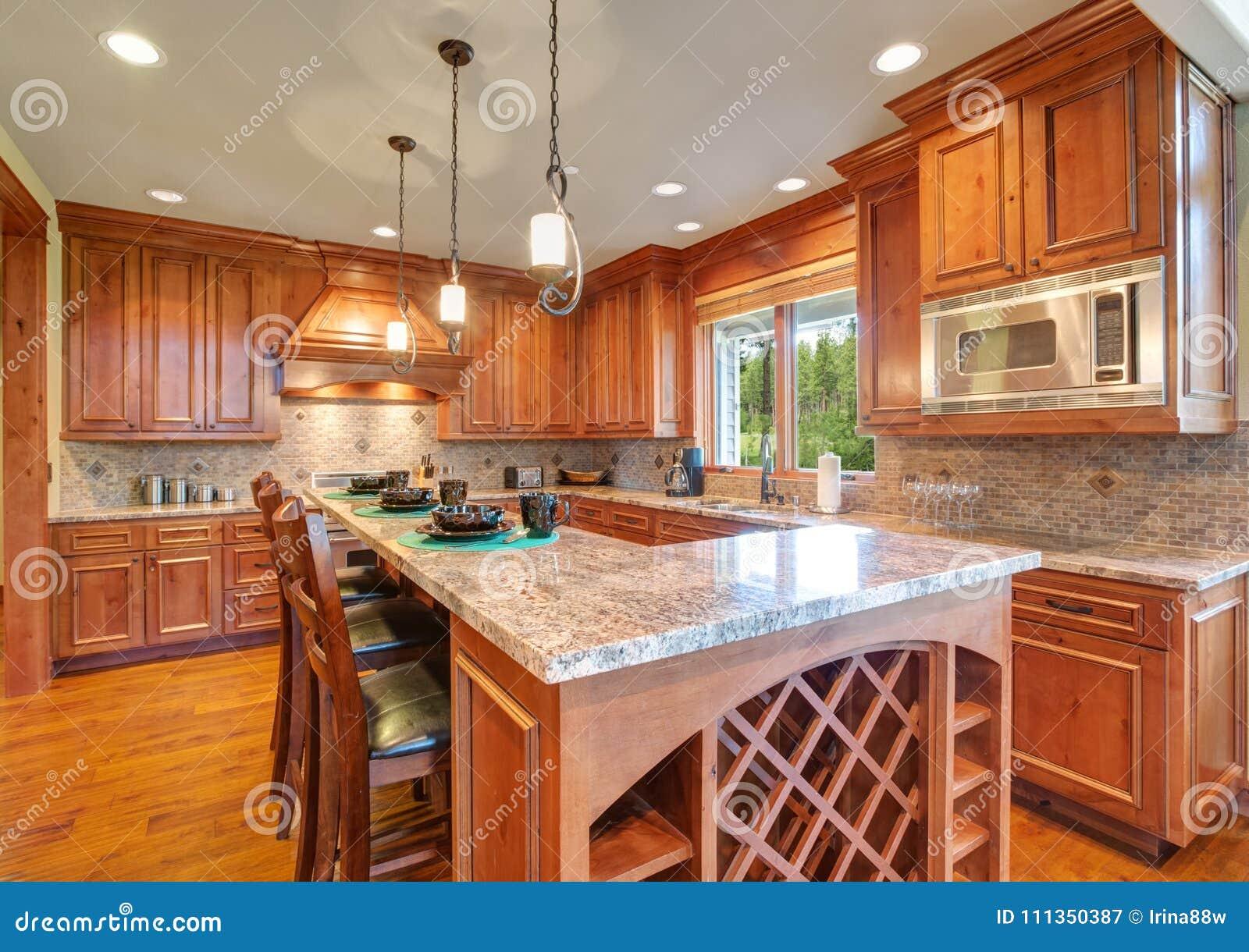 A Cozinha Gourmet Vangloria Se Do Cabinetry Do Bordo Imagem De Stock