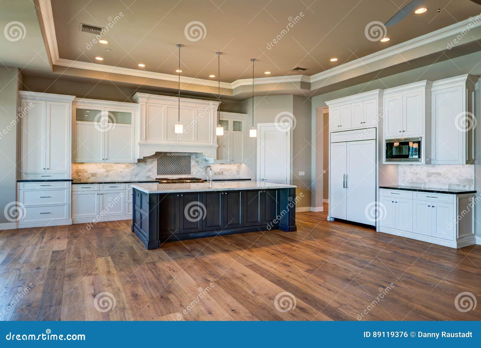 Cozinha home moderna nova da mansão
