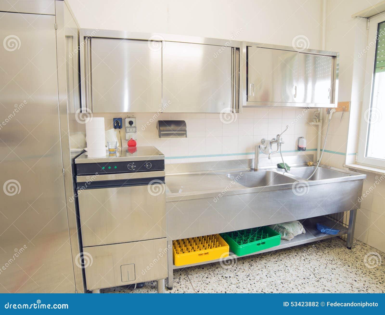 A Cozinha Industrial Com Refrigerador M Quina De Lavar Lou A E