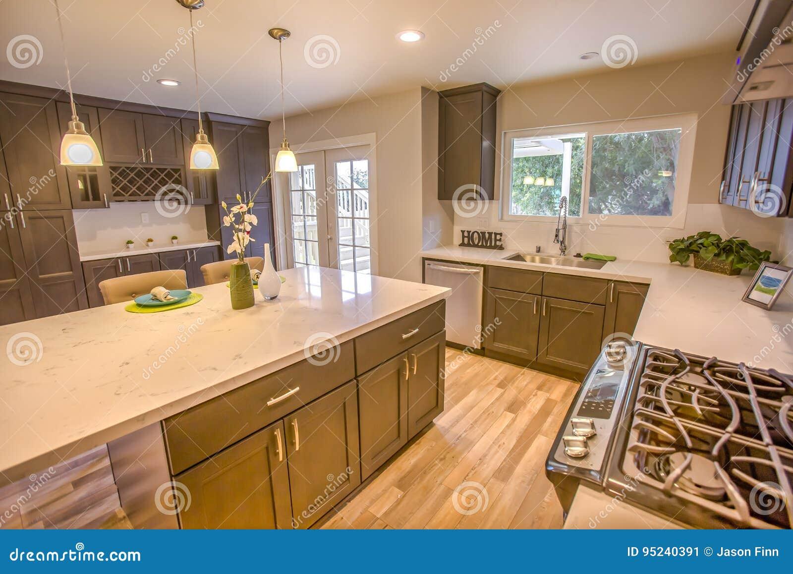 Cozinha Limpa Moderna Na Casa Modelo Do Conceito Aberto Em San Diego  -> Fotos De Cozinha Conceito Aberto