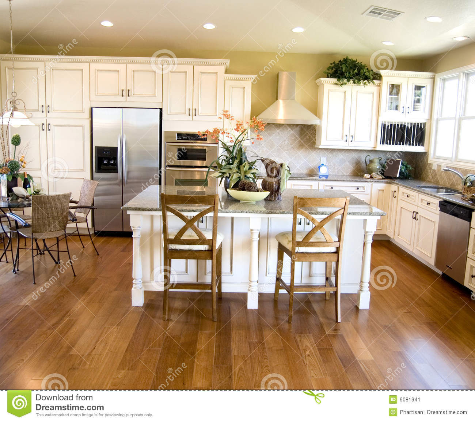 Grande cozinha home moderna brilhante luxuosa com os dispositivos do ...