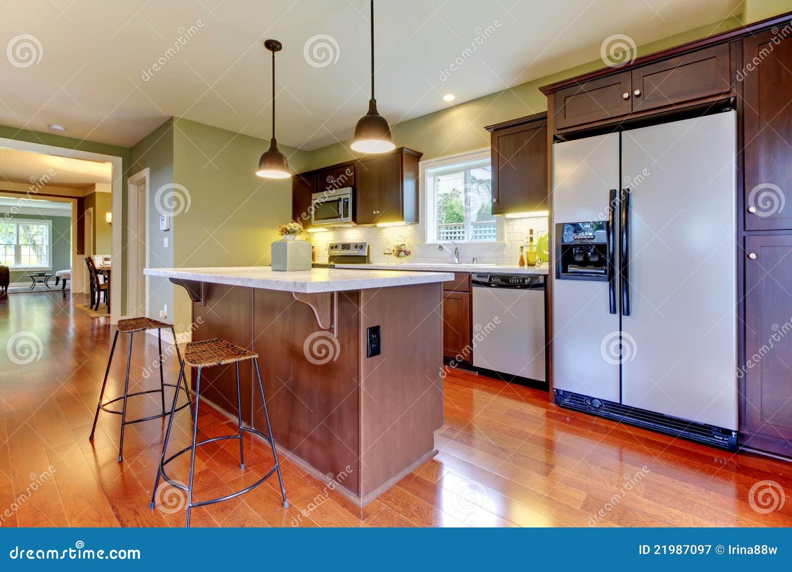 Cozinha marrom nova moderna com assoalho da cereja e as paredes verdes  #B34018 1300 956