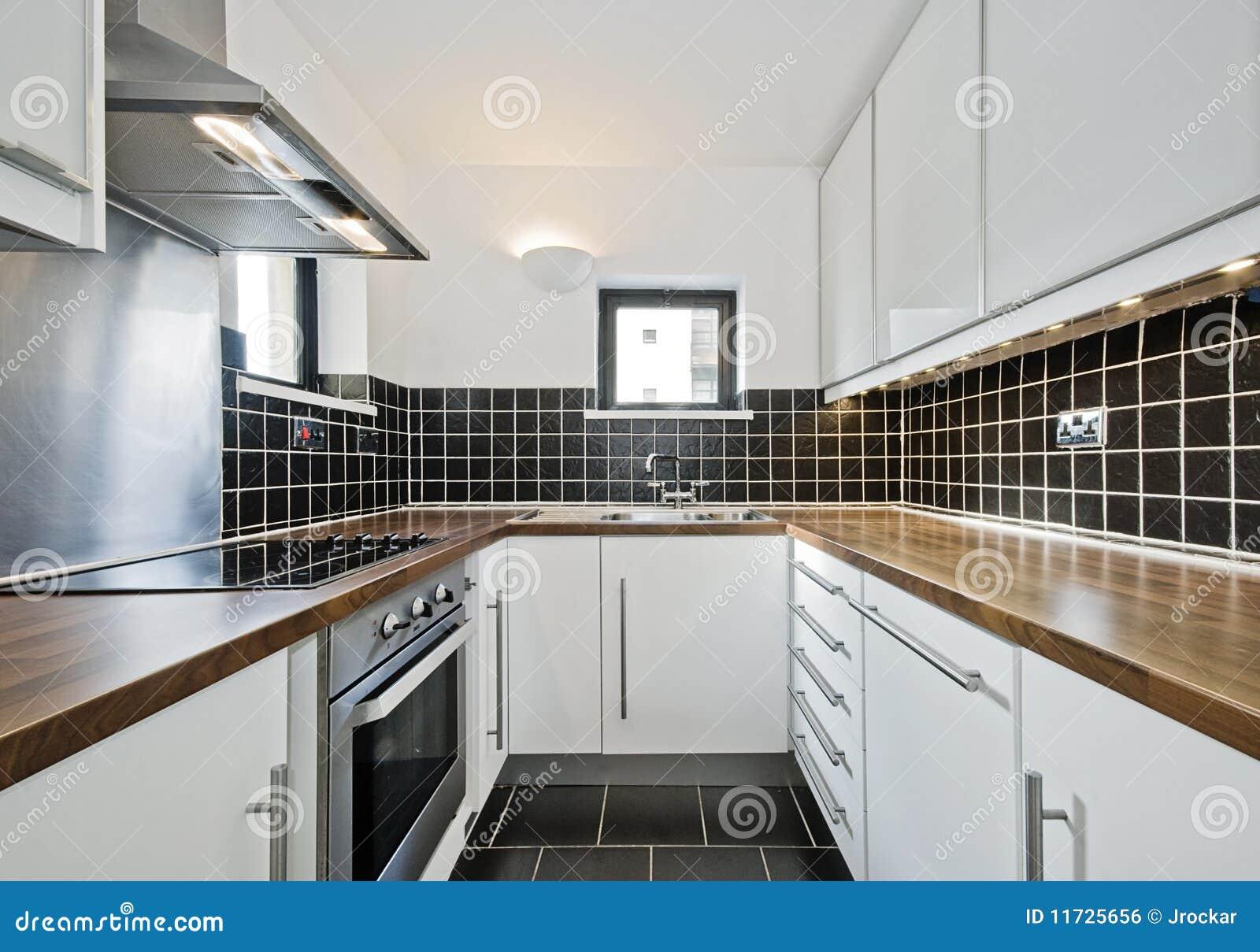 Cozinha moderna com as telhas cerâmicas pretas e worktop de madeira. #83A328 1300 999