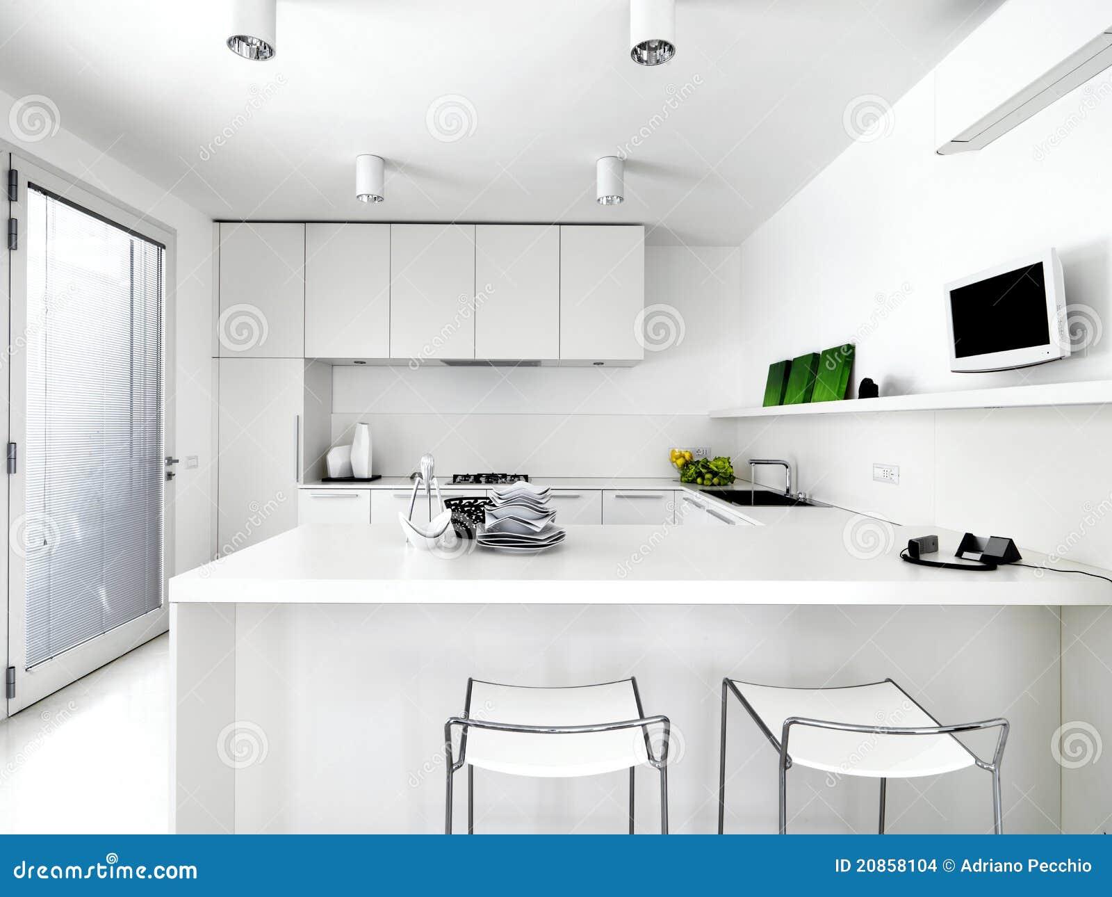 Cozinha moderna branca com o tamborete dois e pratos na parte superior  #356E14 1300 1065