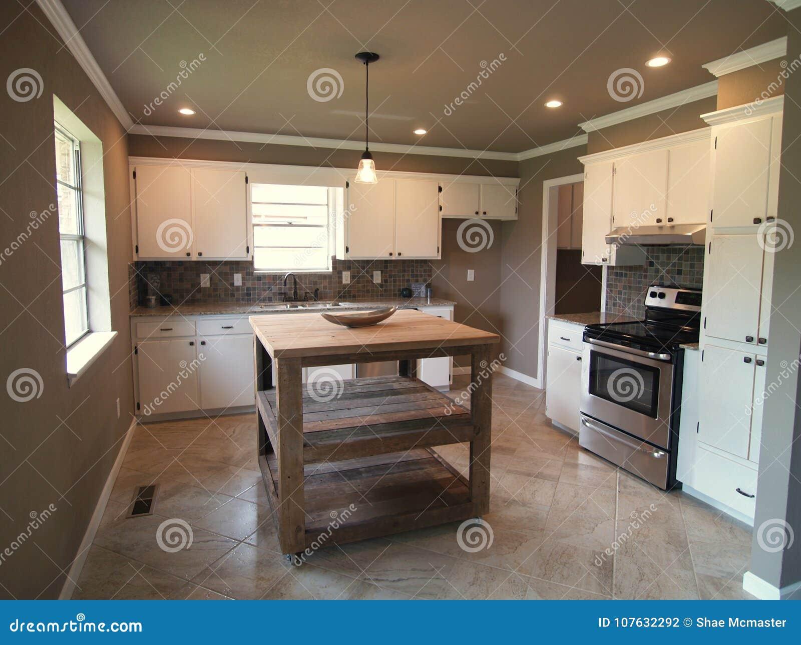 Cozinha Moderna Com Arm Rios E A Ilha Brancos Foto De Stock Imagem