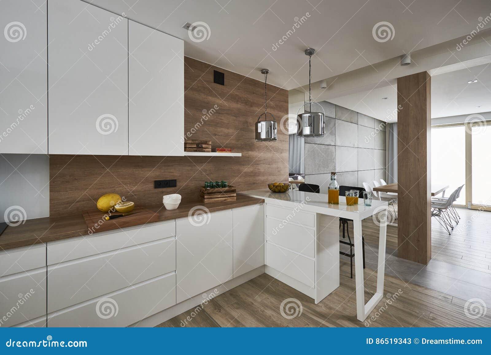 Cozinha Moderna Com As Paredes Brancas E Marrons Foto De Stock