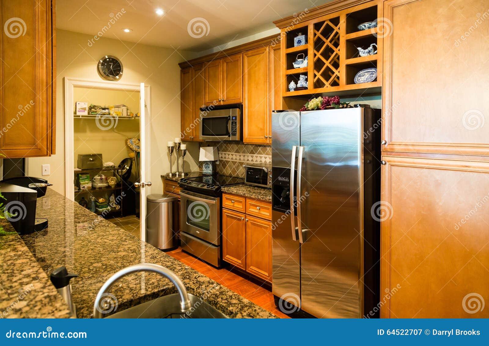 Cozinha Moderna Com Despensa Imagem De Stock Imagem De Desenhador