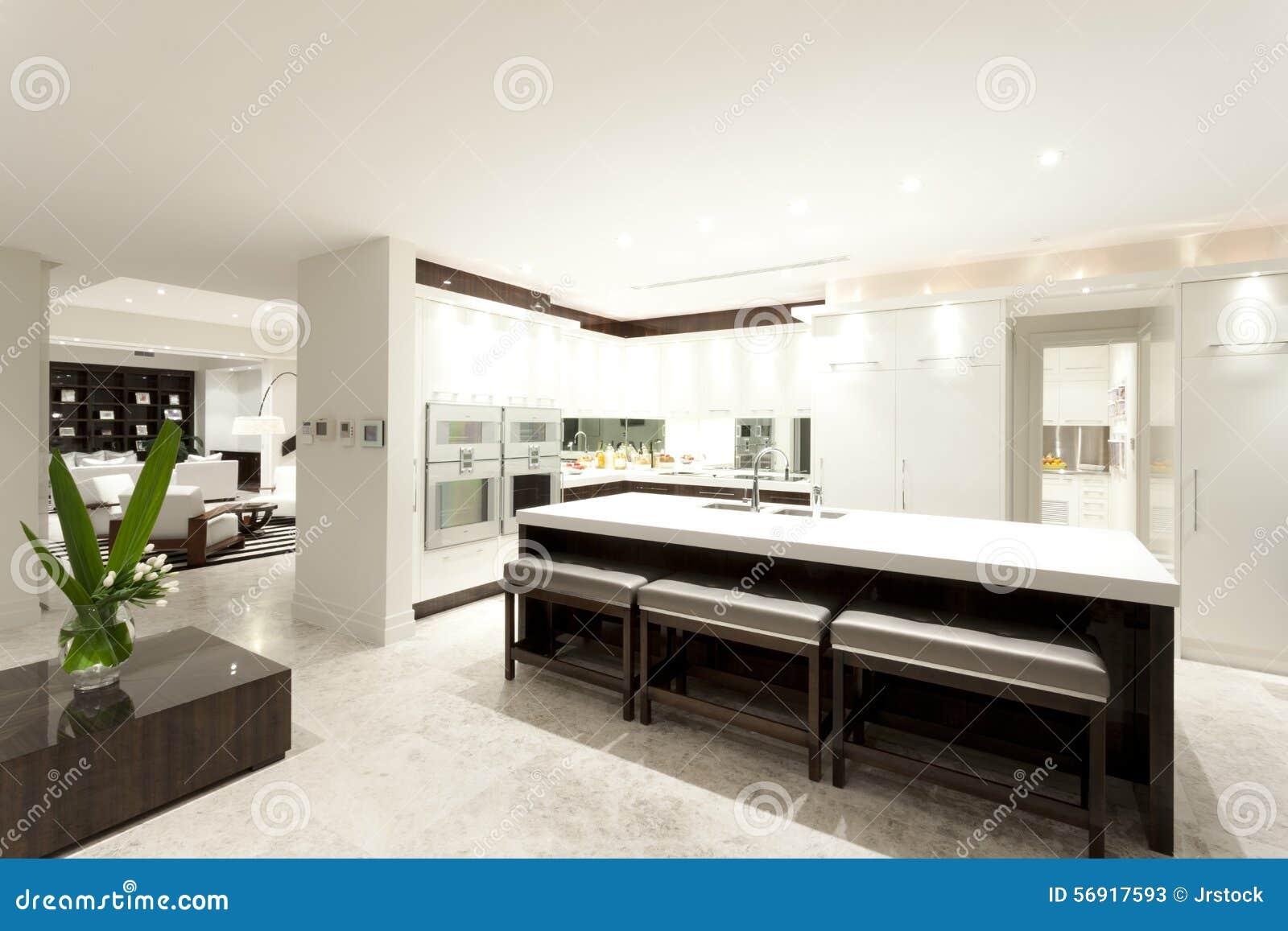 Cozinha Moderna Com Uma Ilha Grande Imagem De Stock Imagem De