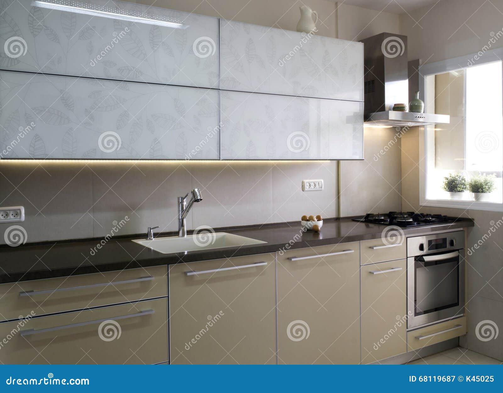 Cozinha Moderna Em Cores Do Bege E Do Creme Imagem De Stock Imagem