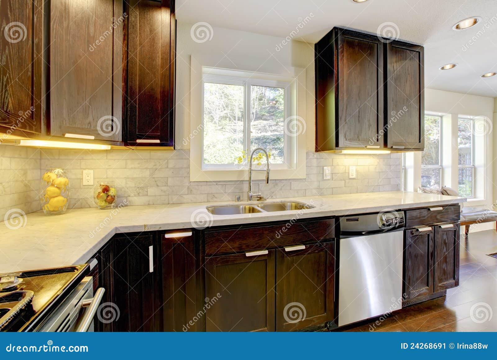 Cozinha Nova Luxuosa Moderna Do Marrom Escuro E Do Branco. Imagem de  #A89123 1300 957